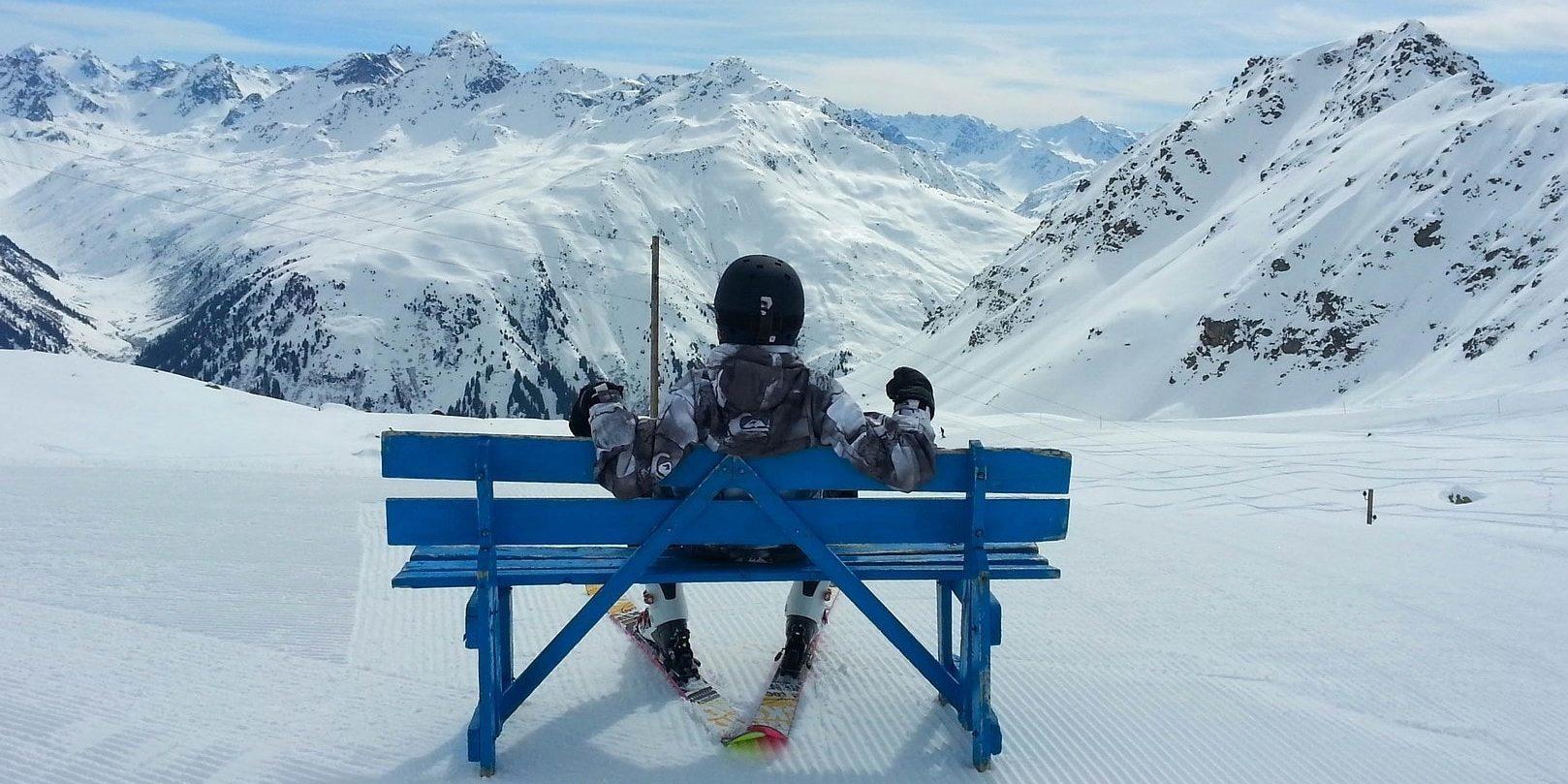 Fantastisch uitzicht Frankrijk Oostenrijk Zwitserland wintersport skivakantie luxe pauze skiër sneeuw bank blauw sneeuw uitzicht bergen