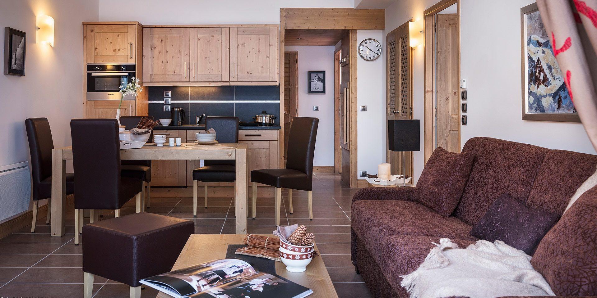 CGH Kalinda Tignes Les Boisses Tignes-Val d'Isere Frankrijk wintersport skivakantie luxe appartement open keuken eettafel gezellig eten samen gezin vrienden groep bank comfortabel modern