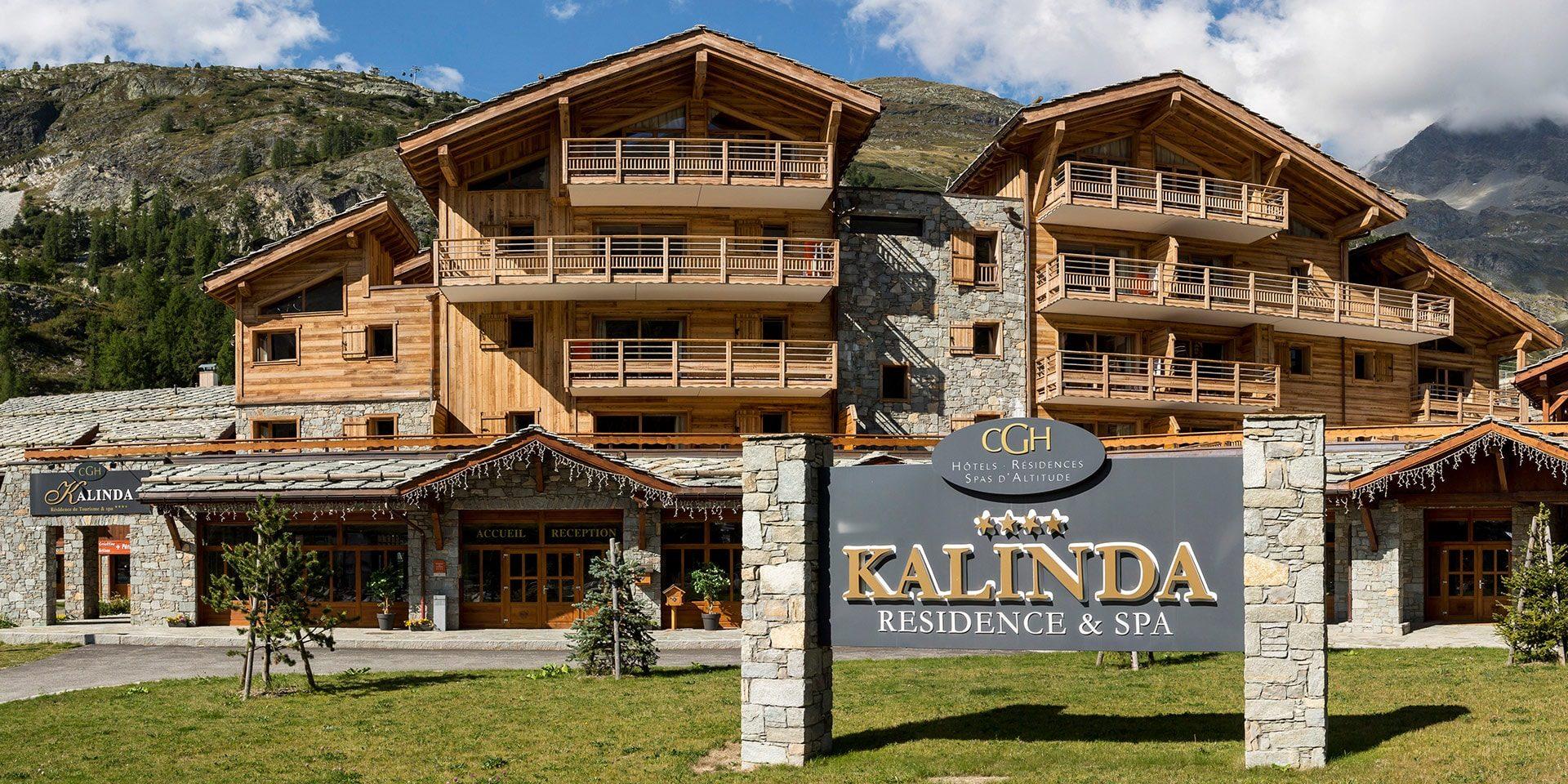 CGH Kalinda Tignes Les Boisses Tignes-Val d'Isere Frankrijk wintersport skivakantie luxe residence appartementen chalet buitenkant dorp uitzicht bergen