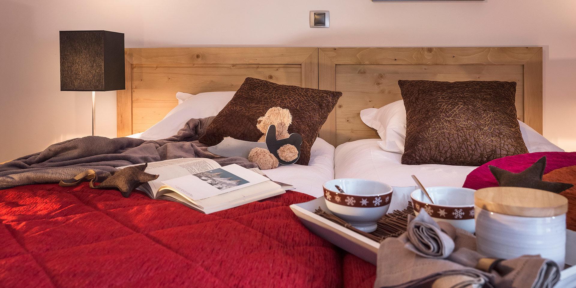 CGH Kalinda Tignes Les Boisses Tignes-Val d'Isere Frankrijk wintersport skivakantie luxe appartement slaapkamer 2 bedden kinderen knuffel ontbijt op bed ontspannen vakantie gezin
