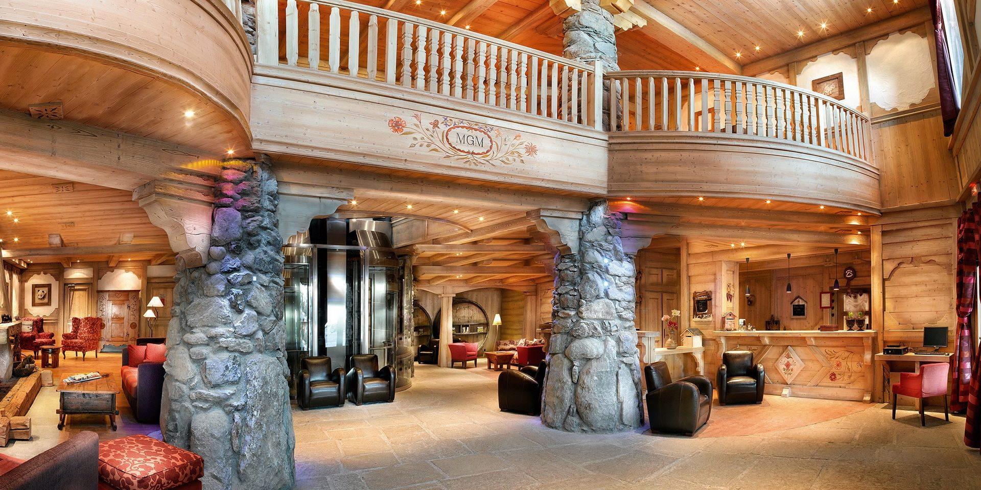 CGH Oree des Cimes Vallandry Paradiski Frankrijk wintersport skivakantie luxe receptie stenen pilaren hout balkon wachten ruim