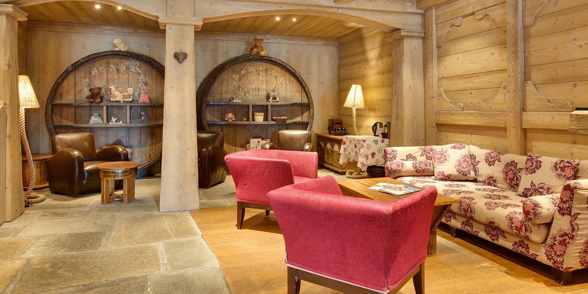 CGH Oree des Cimes Vallandry Paradiski Frankrijk wintersport skivakantie luxe receptie bloemen bank fauteuil relaxen bij aankomst wijn vatten authentiek