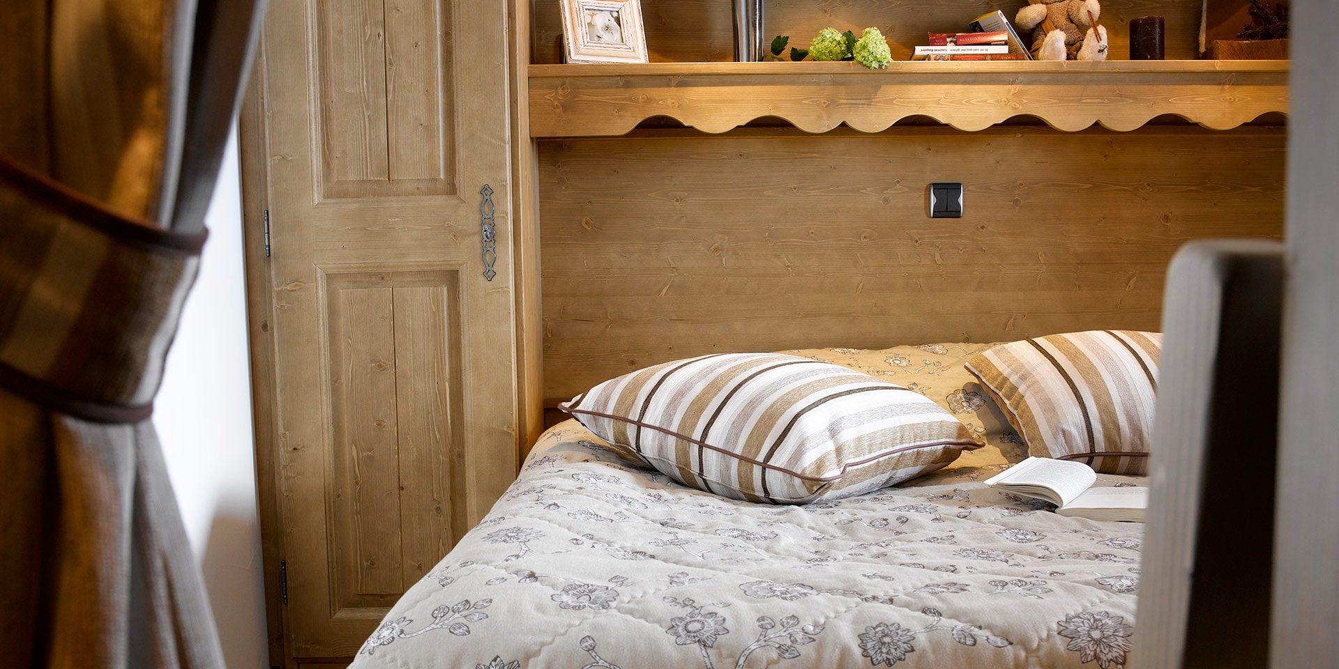 CGH Oree des Cimes Vallandry Paradiski Frankrijk wintersport skivakantie luxe slaapkamer bed comfortabel lekker slapen hout authentiek modern