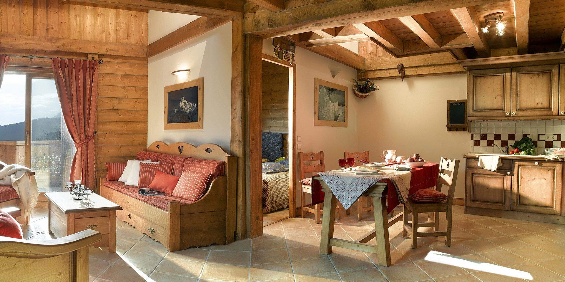 CGH Oree des Cimes Vallandry Paradiski Frankrijk wintersport skivakantie luxe woonkamer eettafel keuken zitruimte bank savoyaards comfortabel