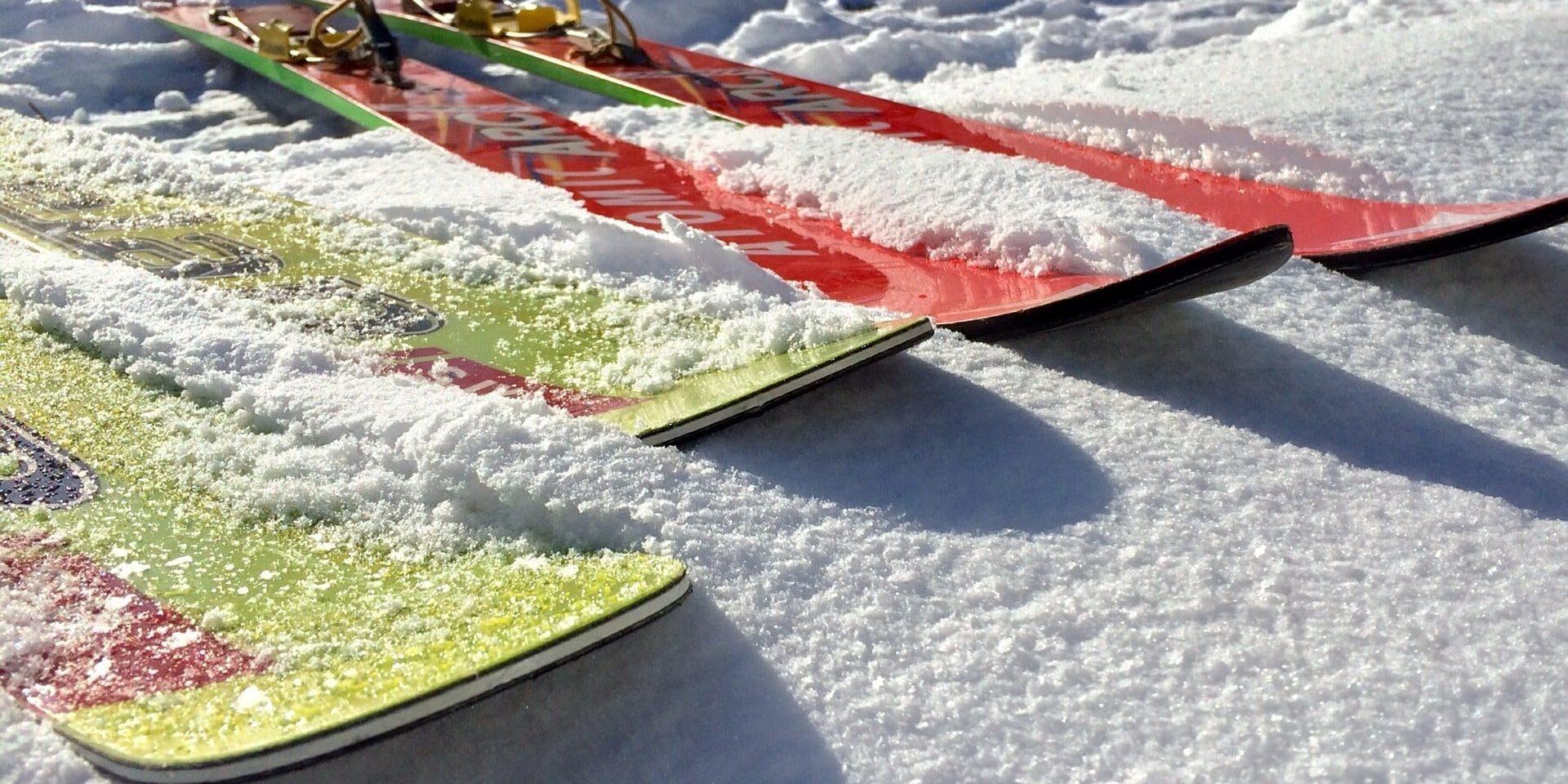 Skis in de sneeuw