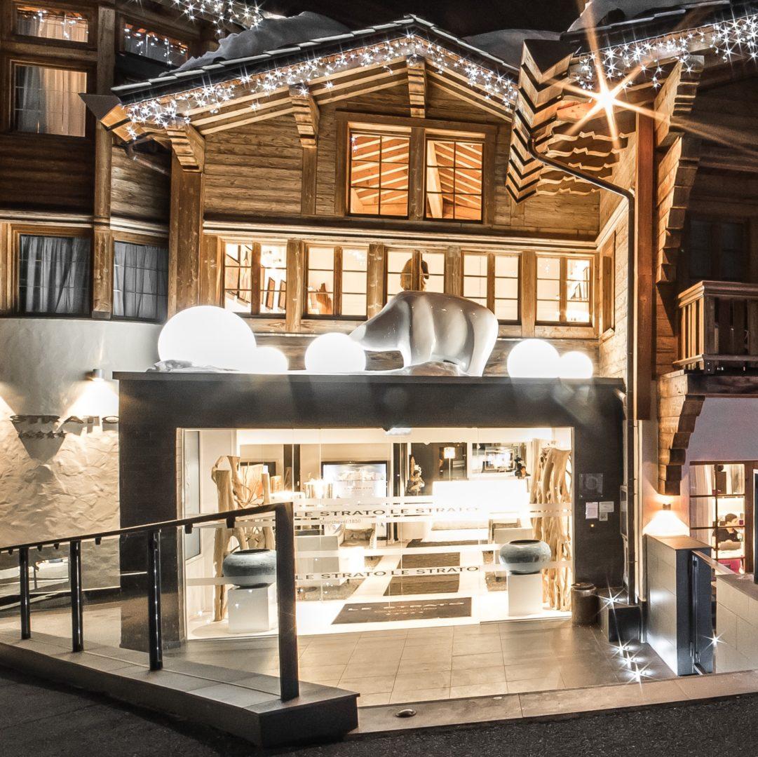 Hotel Le Strato Courchevel Les 3 Vallees Frankrijk wintersport skivakantie luxe lampjes ijsbeer terras entree vazen verlichting