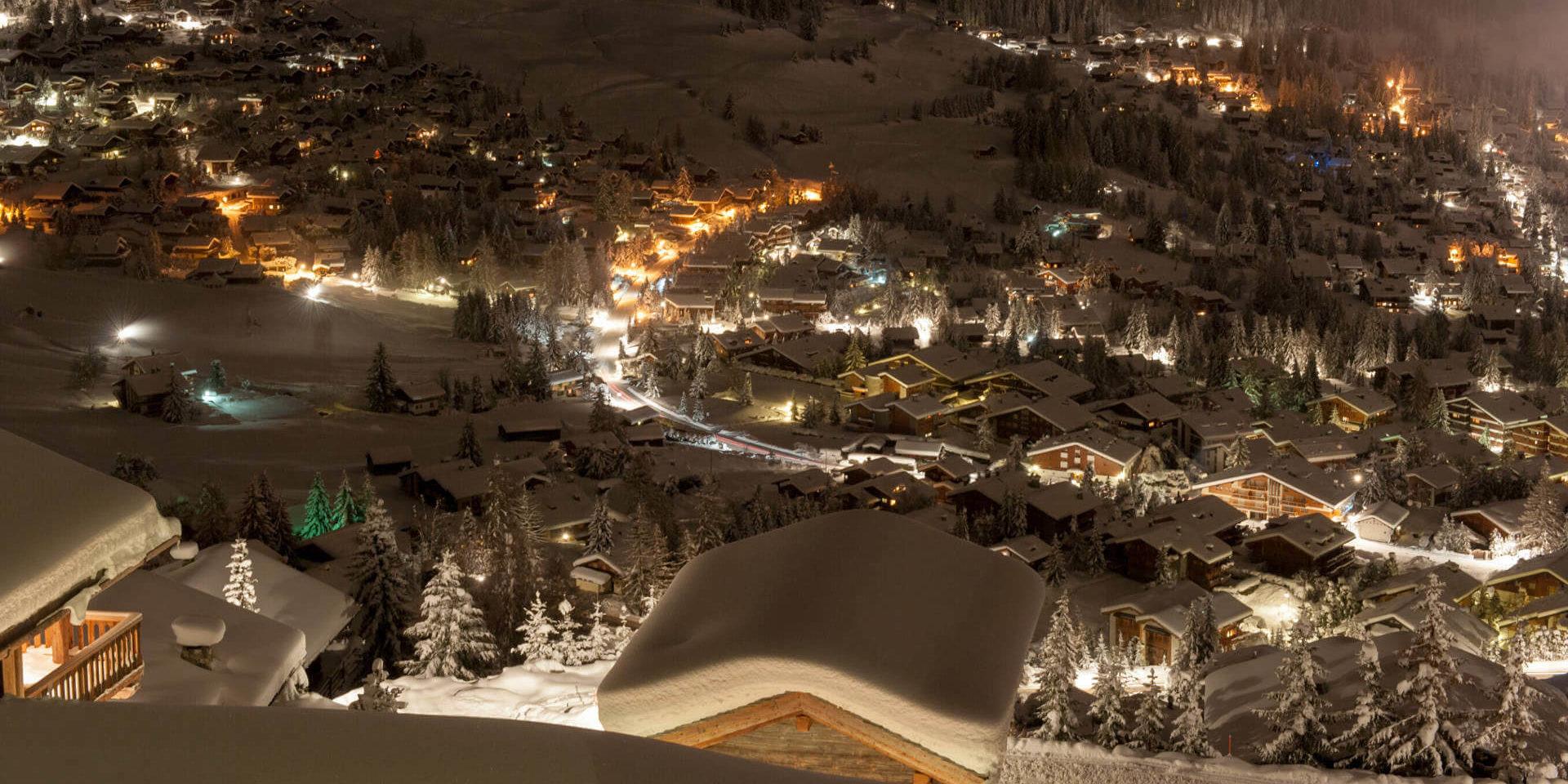 Chalet Nyumba Verbier Les 4 Vallees Zwitserland wintersport skivakantie luxe fantastisch uitzicht dorp sneeuw bergen bomen by night