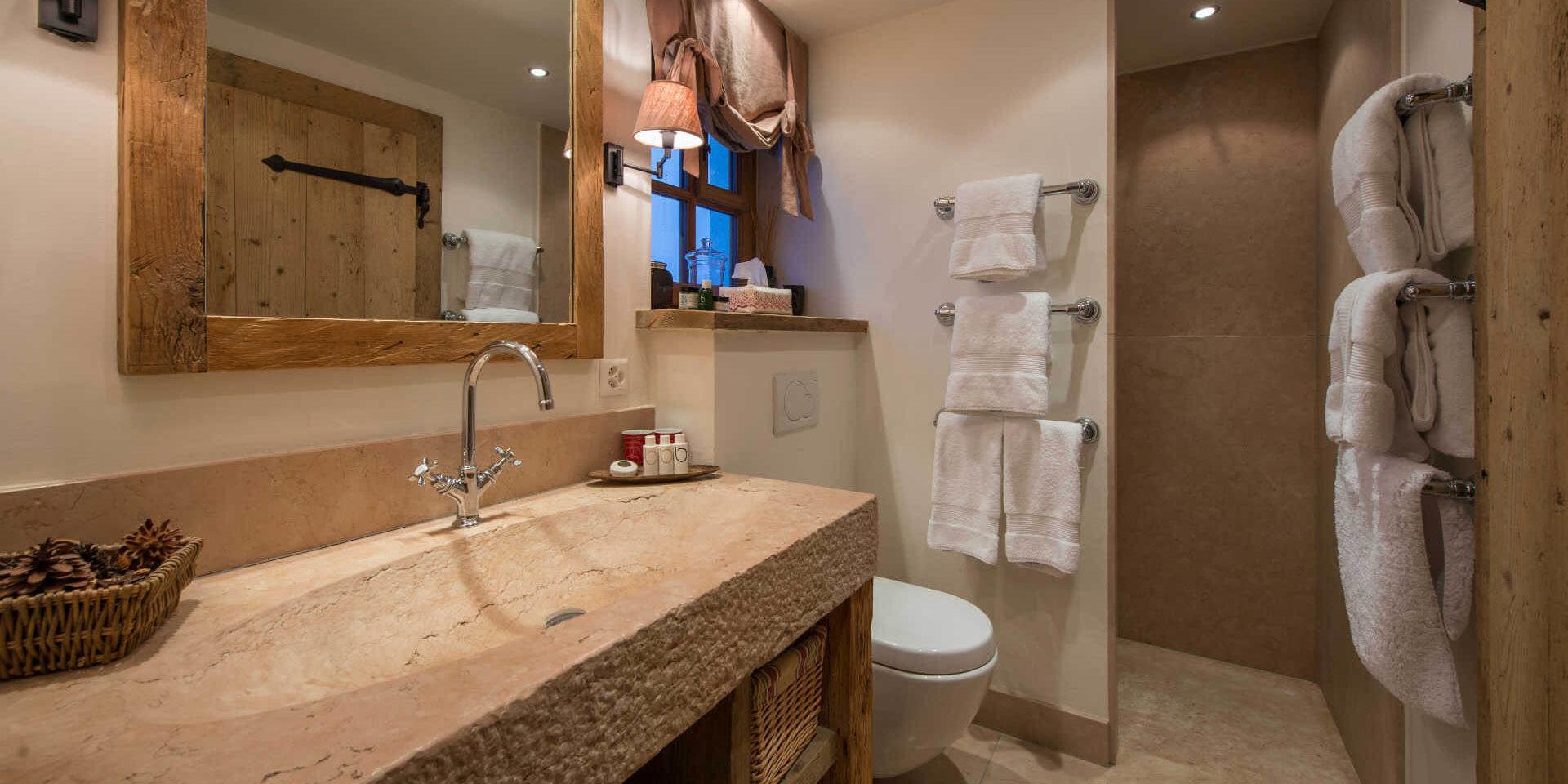 Chalet Nyumba Verbier Les 4 Vallees Zwitserland wintersport skivakantie luxe badkamer douche wastafel handdoeken spiegel Bamford Organic Bath & Body-producten