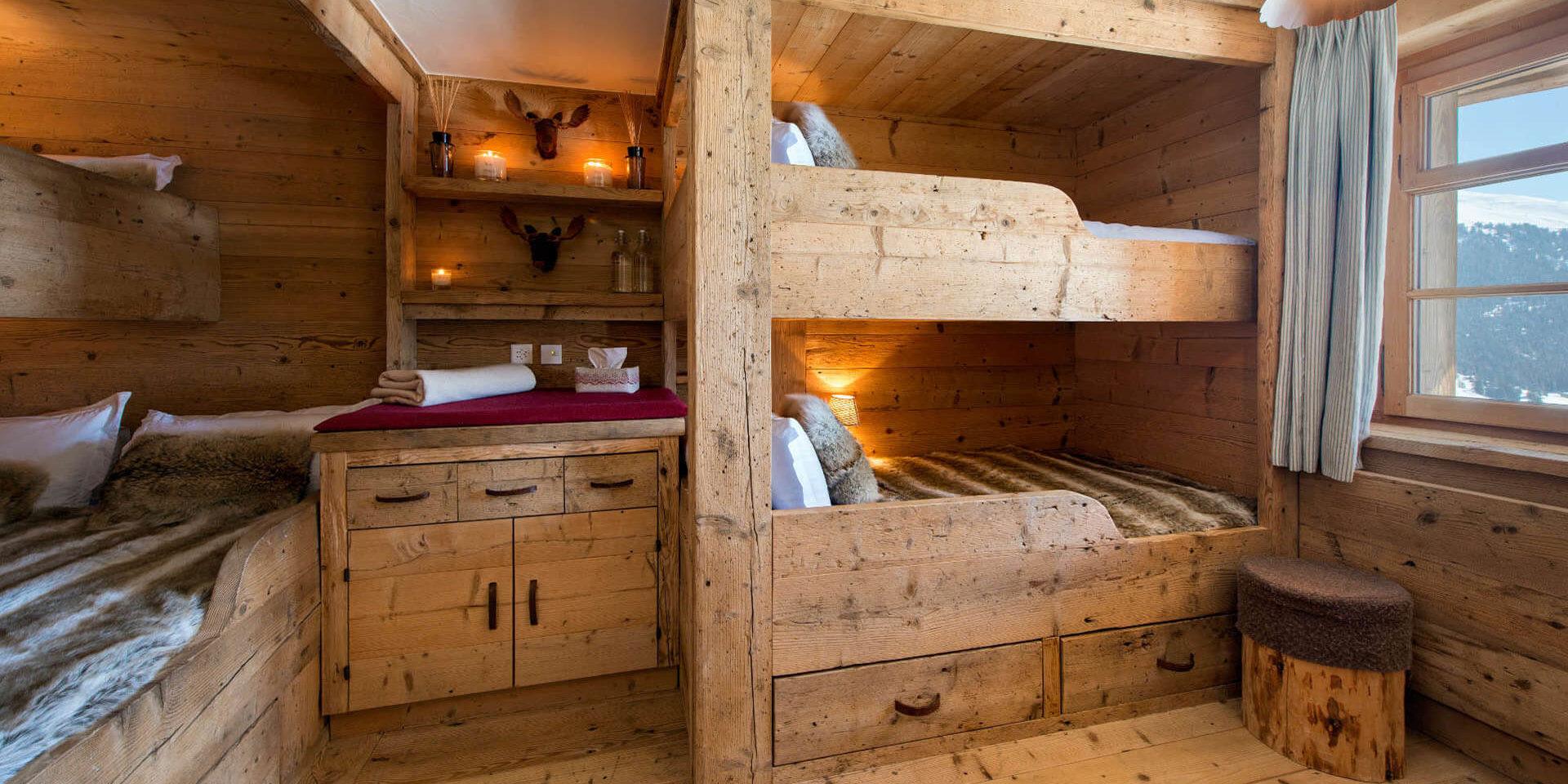 Chalet Nyumba Verbier Les 4 Vallees Zwitserland wintersport skivakantie luxe slaapkamer stapelbedden aparte bedden kastje hocker raam