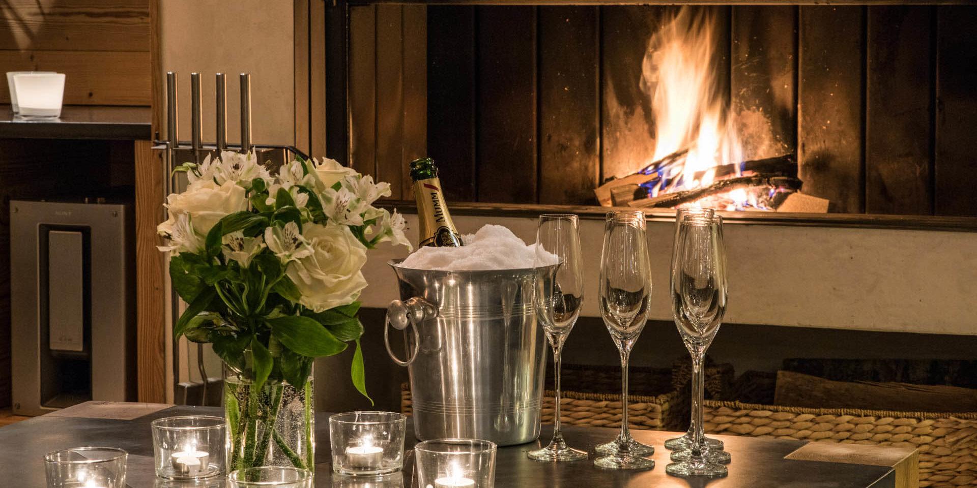 Chalet Rock Verbier Les 4 Vallees Zwitserland wintersport skivakantie luxe open haard knisperend haardvuur Champagne glazen bloemen sfeer