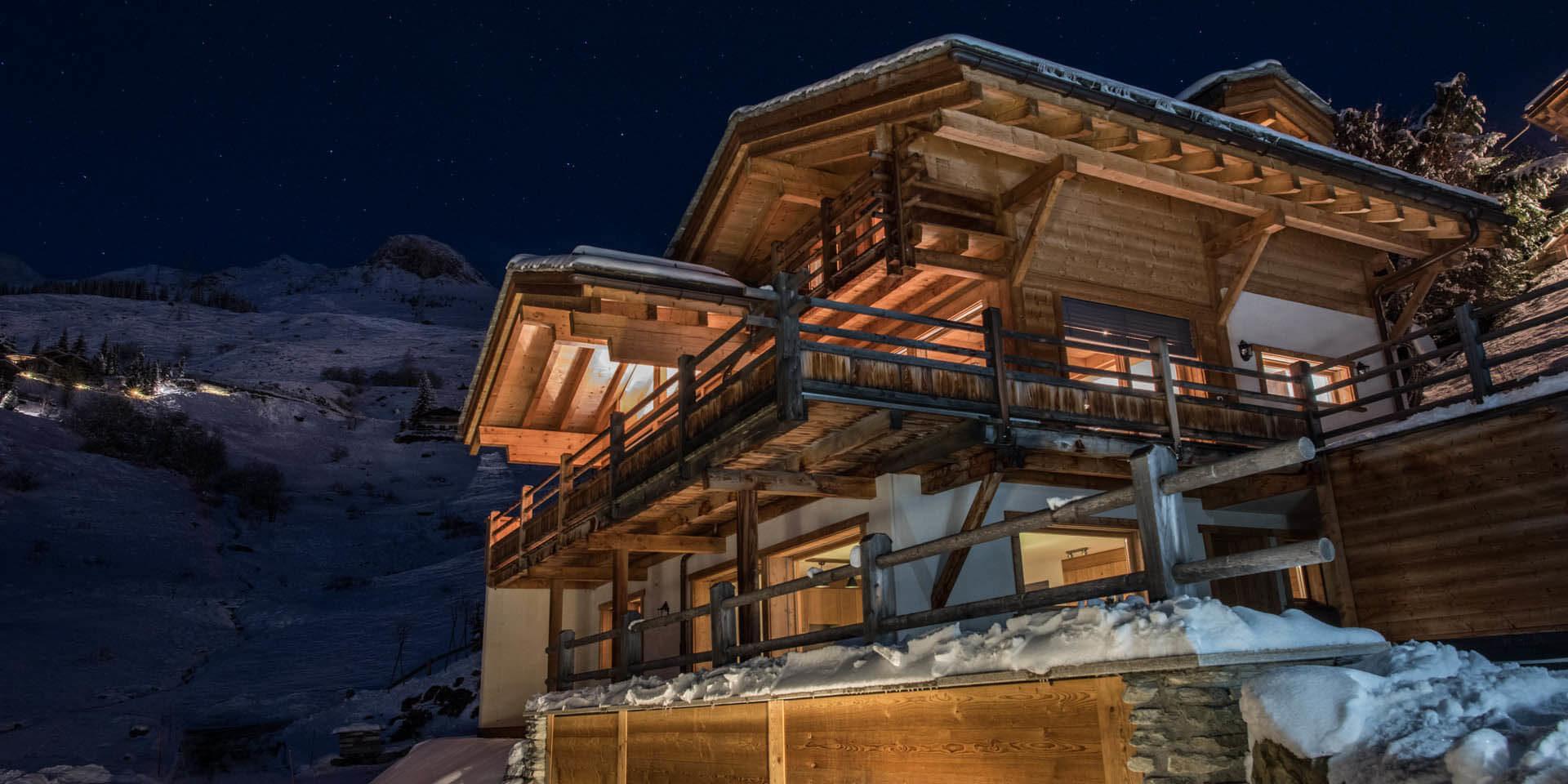 Chalet Rock Verbier Les 4 Vallees Zwitserland wintersport skivakantie luxe chalet balkons sneeuw bergen by night