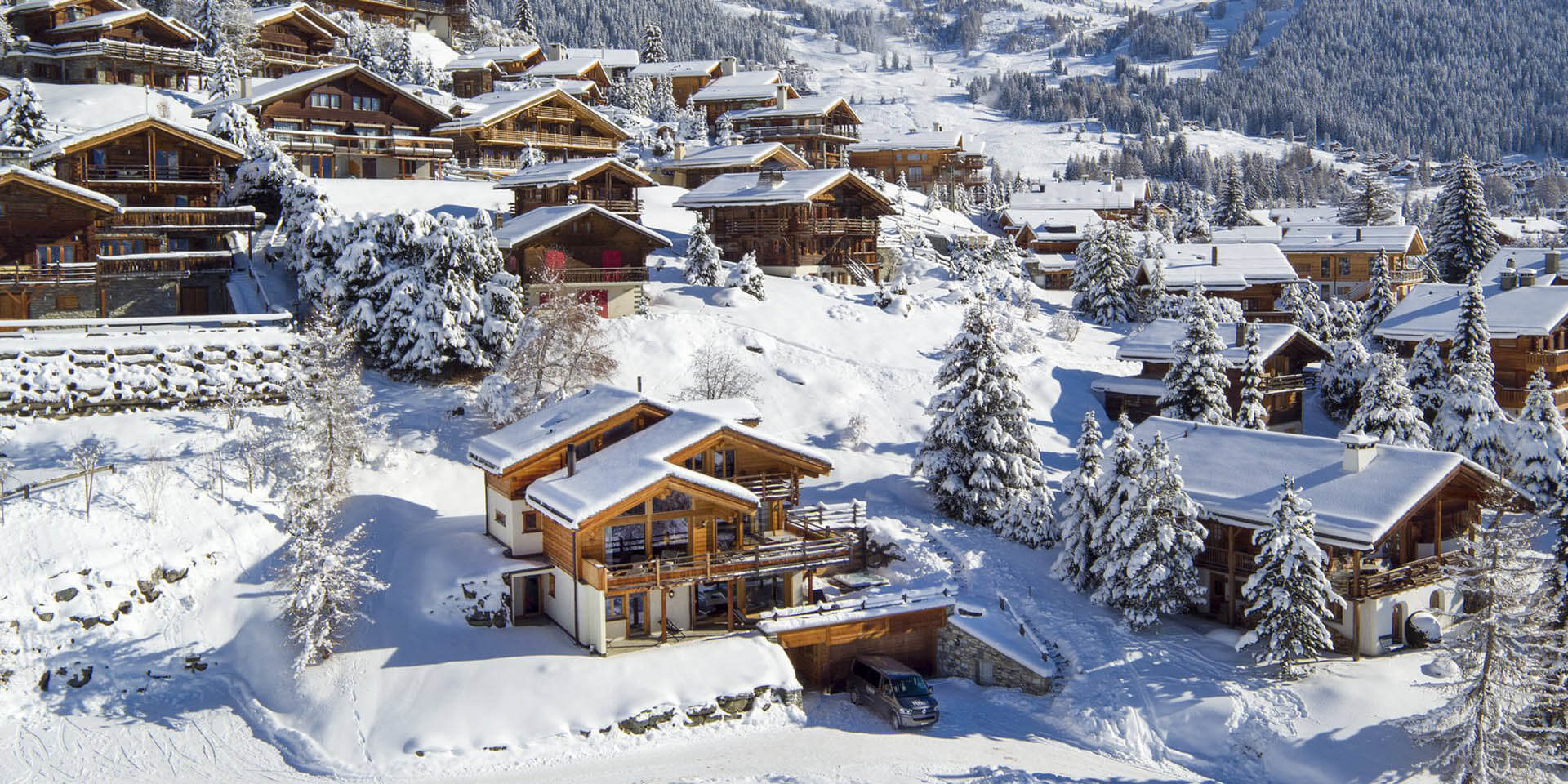 Chalet Rock Verbier Les 4 Vallees Zwitserland wintersport skivakantie luxe chaletwijk garage ligging sneeuw besneeuwde bomen