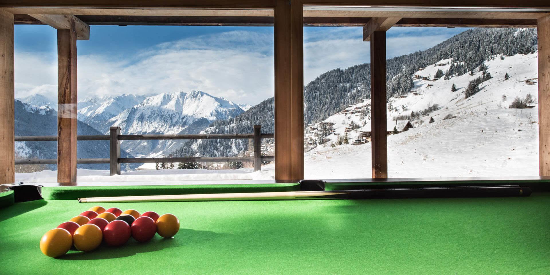 Chalet Rock Verbier Les 4 Vallees Zwitserland wintersport skivakantie luxe pooltafel uitzicht sneeuw bergen bomen chalets