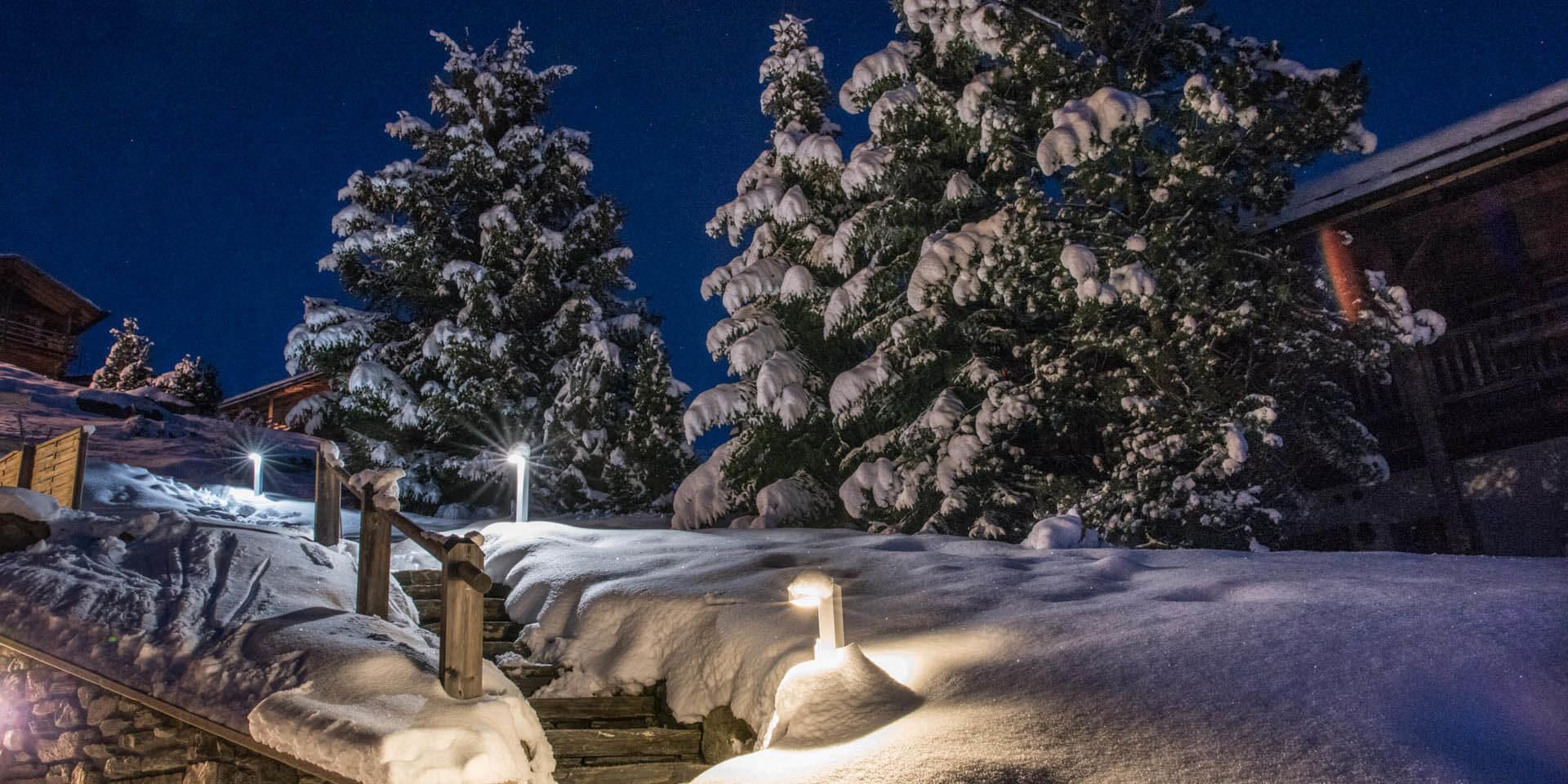 Chalet Rock Verbier Les 4 Vallees Zwitserland wintersport skivakantie luxe trap sneeuw besneeuwde bomen verlichting