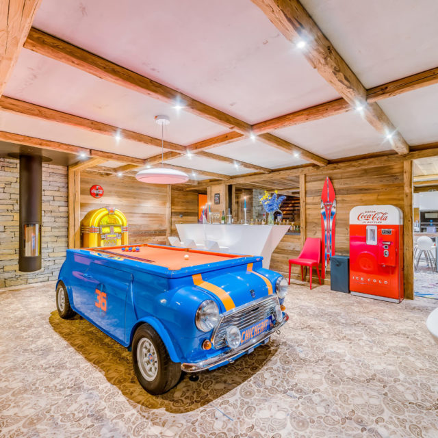 Chalet Rock'n Love Tignes Tignes-Val d'Isere Frankrijk wintersport skivakantie luxe living mini cooper pooltafel lp jukebox bar pomp keuken Coca Cola