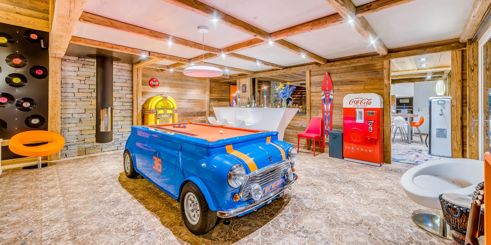 Chalet Rock'n Love Tignes Tignes-Val d'Isere Frankrijk wintersport skivakantie luxe living mini cooper pooltafel lp jukebox bar pomp keuken Coca Cola