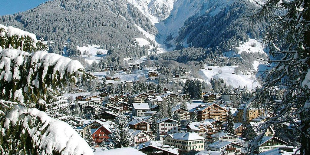 Klosters Davos Klosters Mountain Zwitserland wintersport skivakantie luxe dorp bomen sneeuw besneeuwde bomen bergen