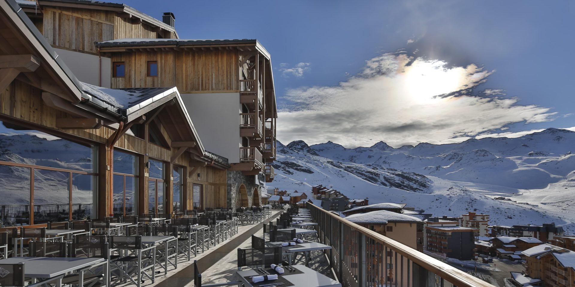Koh I Nor Val Thorens Les 3 Vallees Frankrijk wintersport skivakantie luxe groot terras tafels stoelen uitzicht sneeuw bergen dorp