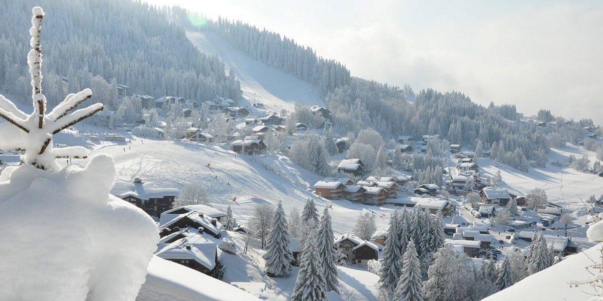 Les Carroz Le Grand Massif Frankrijk wintersport skivakantie luxe dorp bergen sneeuw besneeuwde bomen