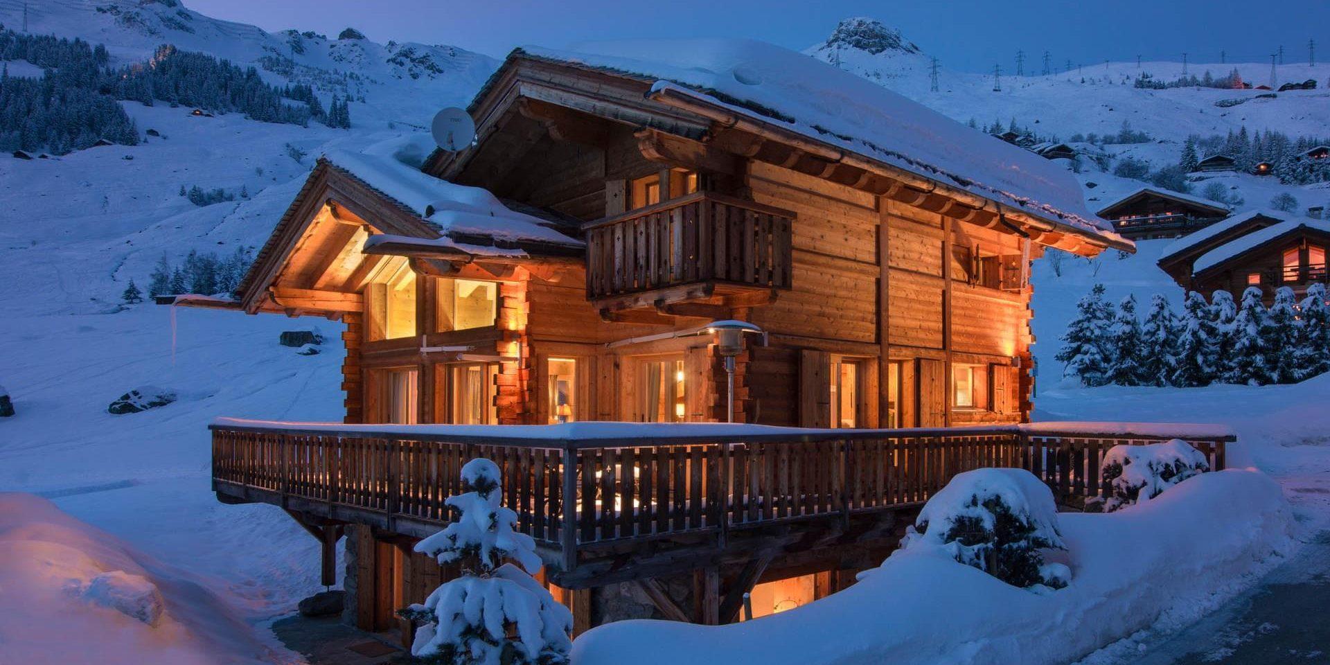 Chalet Pierre Avoi Verbier Les 4 Vallees Zwitserland wintersport skivakantie luxe chalet voorkant balkon verlichting ligging sneeuw uitzicht bergen by night