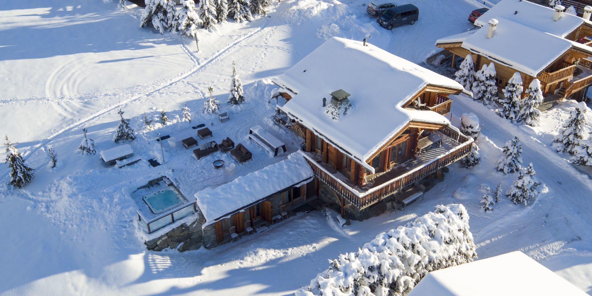 Chalet Pierre Avoi Verbier Les 4 Vallees Zwitserland wintersport skivakantie luxe chalet bovenaanzicht hot tub terras zitje ligging sneeuw besneeuwde bomen