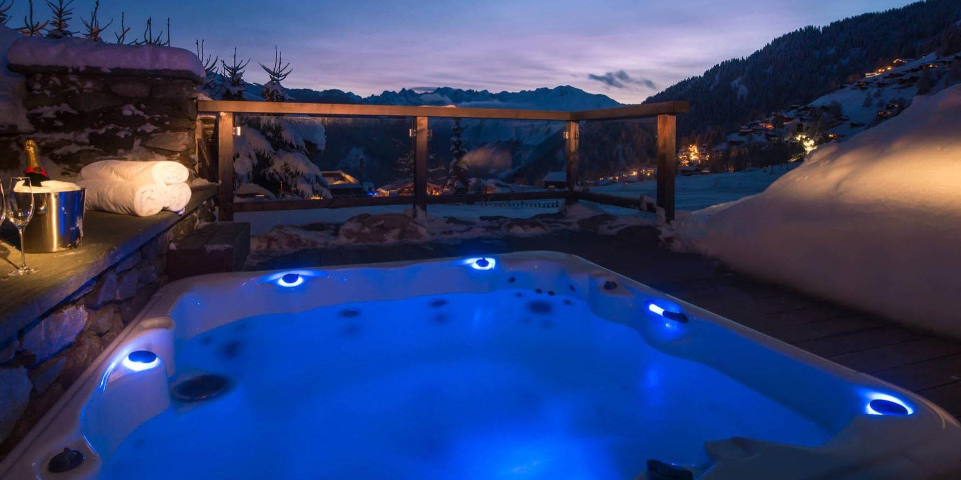 Chalet Pierre Avoi Verbier Les 4 Vallees Zwitserland wintersport skivakantie luxe hot tub Champagne glazen handdoeken ontspannen relaxen sneeuw bomen uitzicht bergen