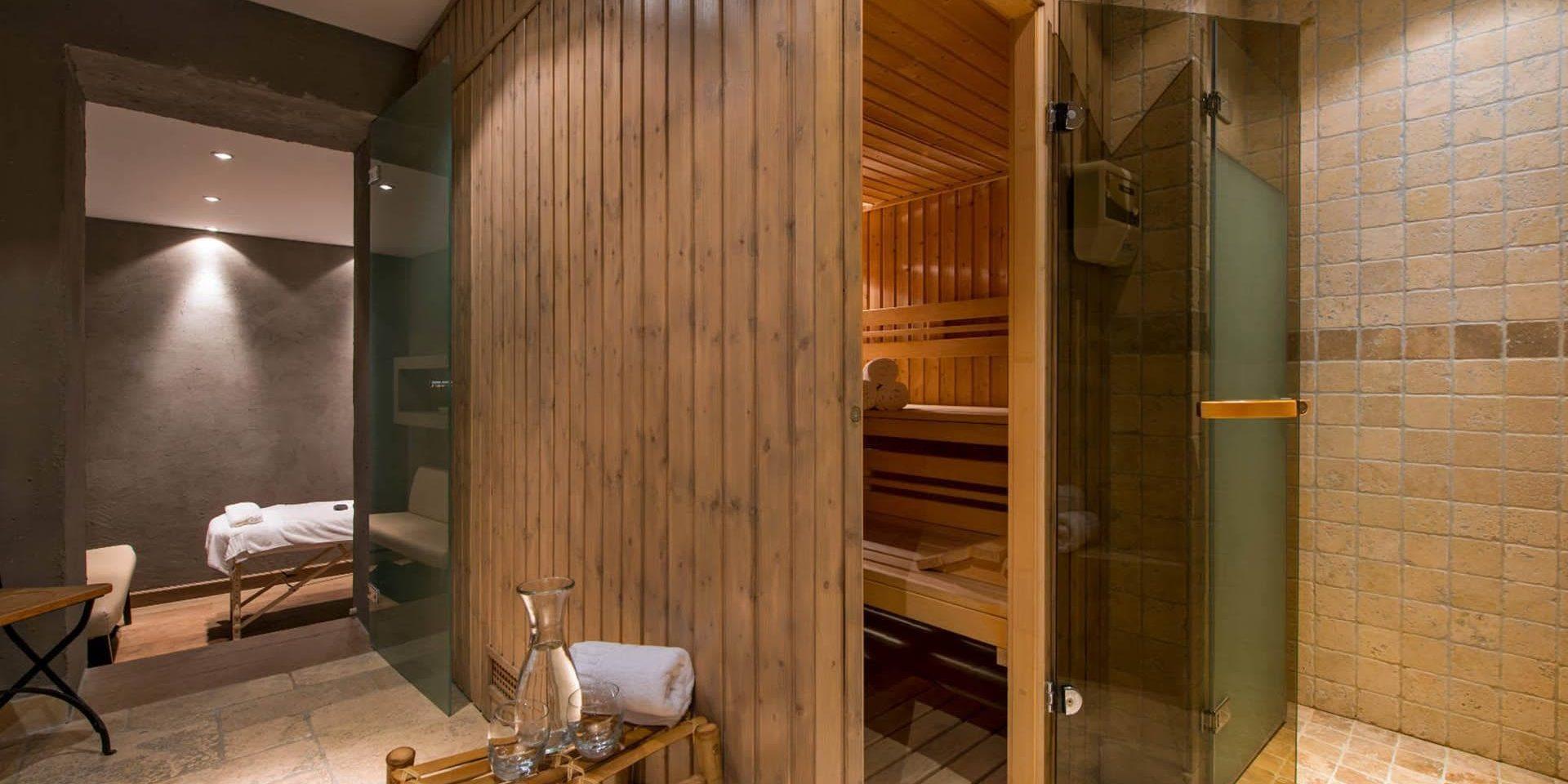 Chalet Pierre Avoi Verbier Les 4 Vallees Zwitserland wintersport skivakantie luxe sauna massageruimte massagetafel hout handdoek karaf ontspannen relaxen genieten