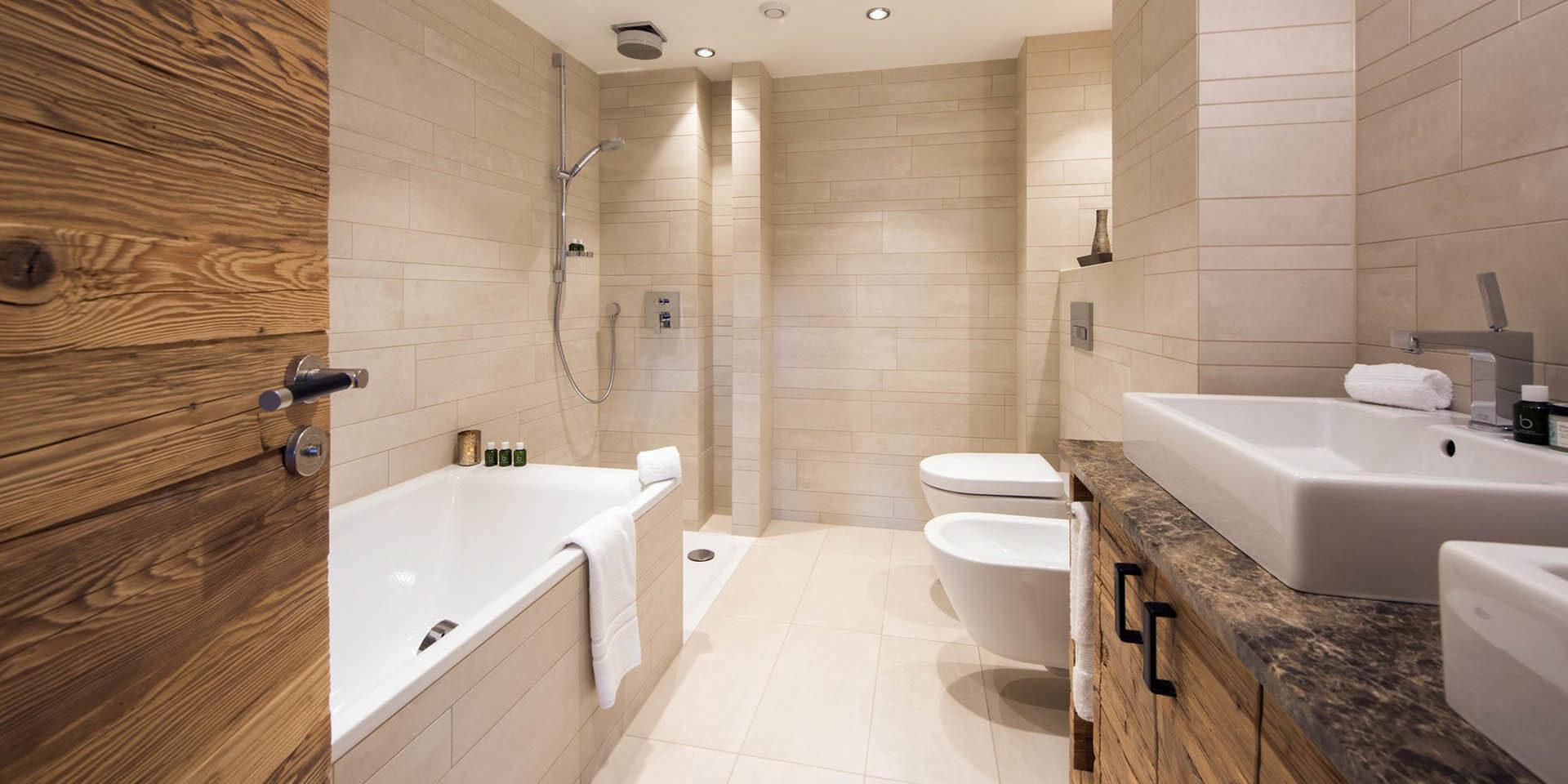 Appartement Rosalp 4 Verbier Les 4 Vallees Zwitserland wintersport skivakantie luxe badkamer bad douche dubbele wasbak witte tegels handdoeken