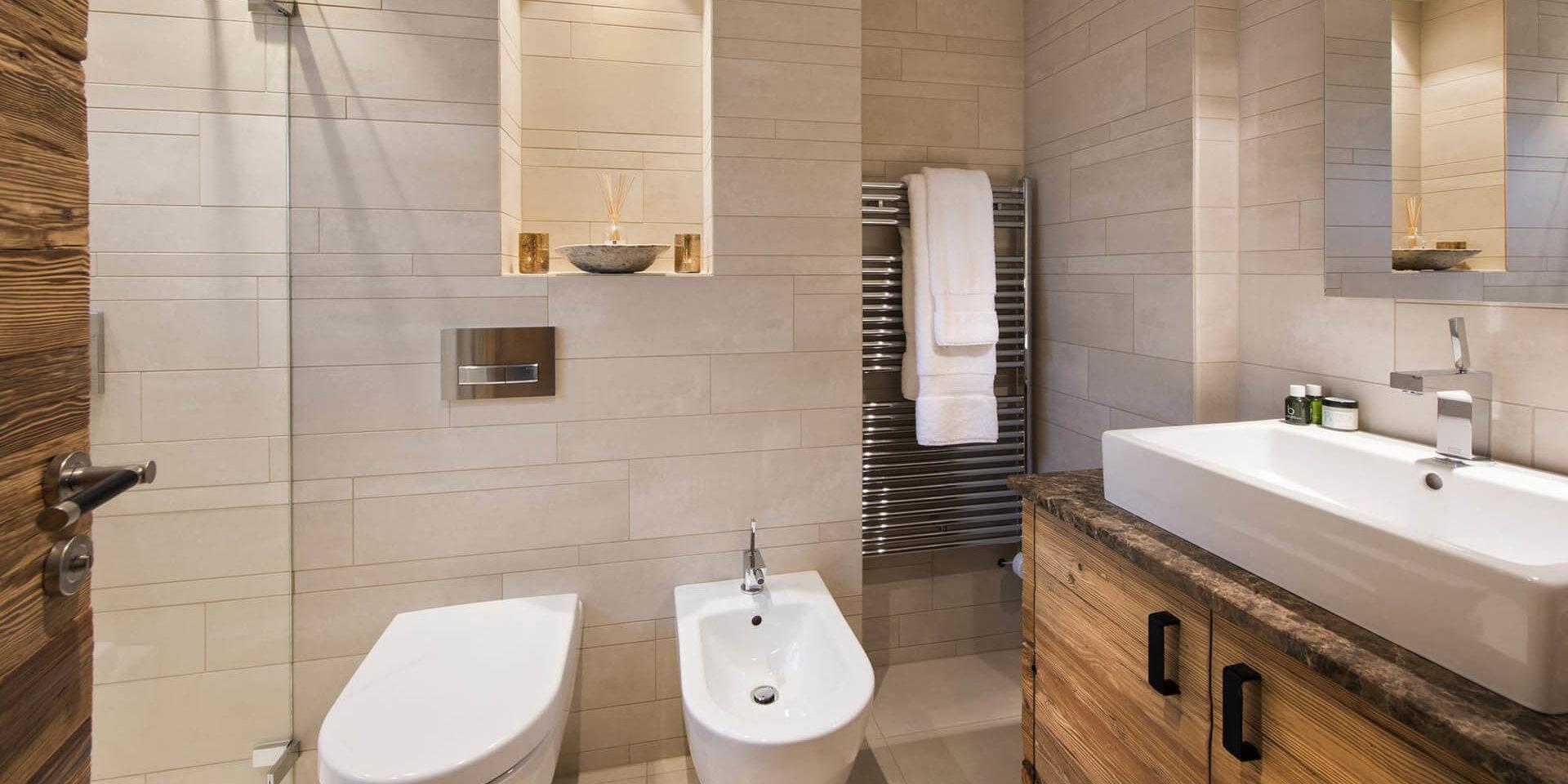 Appartement Rosalp 4 Verbier Les 4 Vallees Zwitserland wintersport skivakantie luxe badkamer douche grote wasbak wastafel witte tegels handdoekenrek