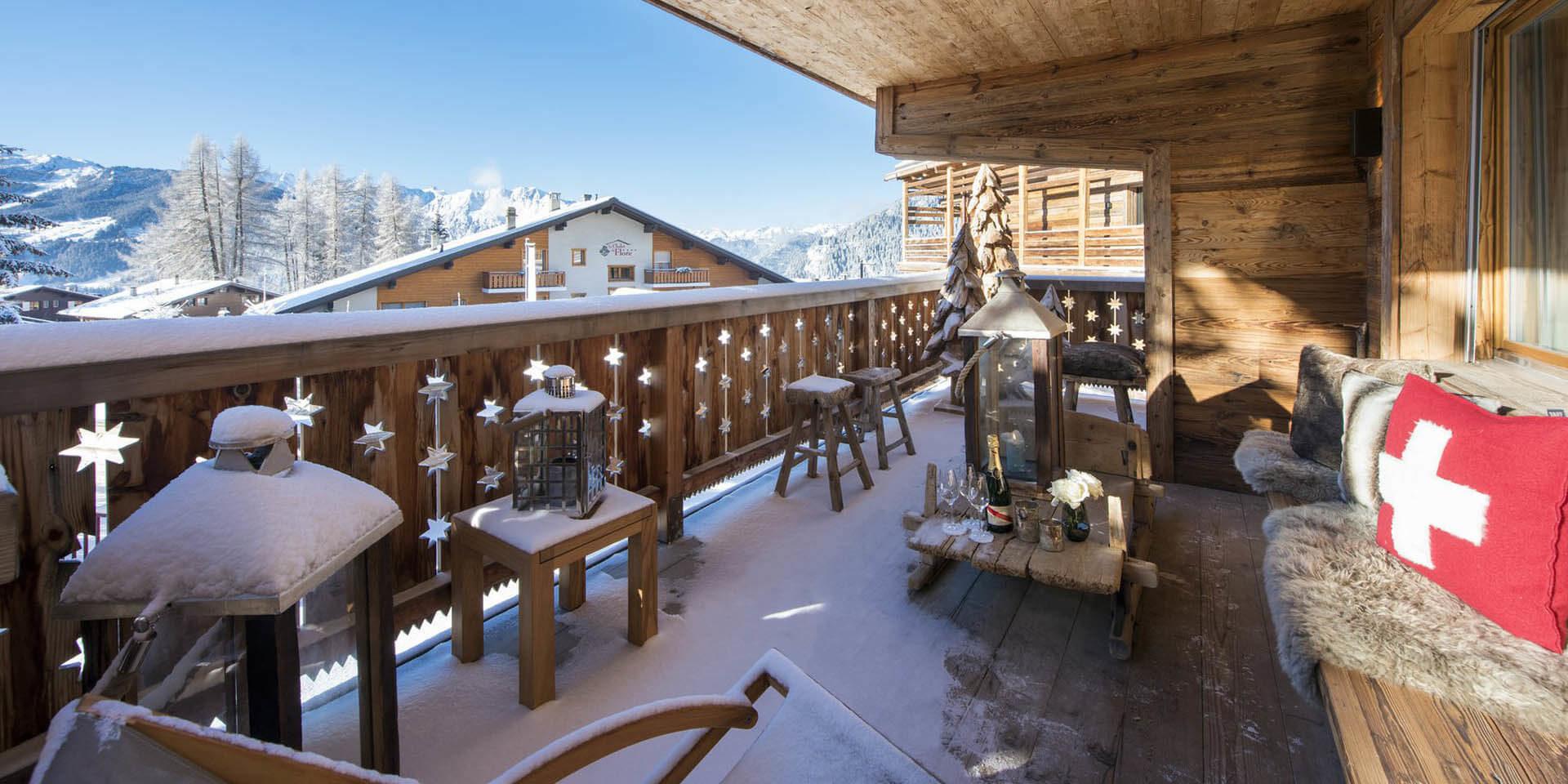 Appartement Rosalp 4 Verbier Les 4 Vallees Zwitserland wintersport skivakantie luxe groot terras zonnig krukjes bank kussens kleed Champagne windlicht uitzicht sneeuw bomen bergen