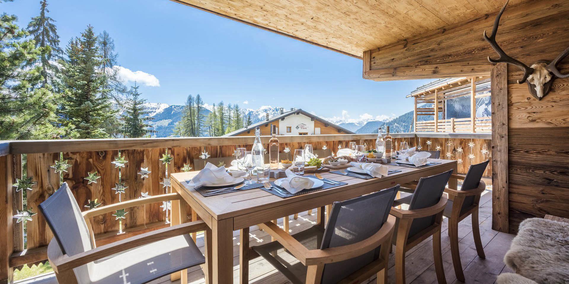 Appartement Rosalp 4 Verbier Les 4 Vallees Zwitserland wintersport skivakantie luxe groot terras zonnig gedekte tafel stoelen kleden gewei uitzicht sneeuw bomen bergen