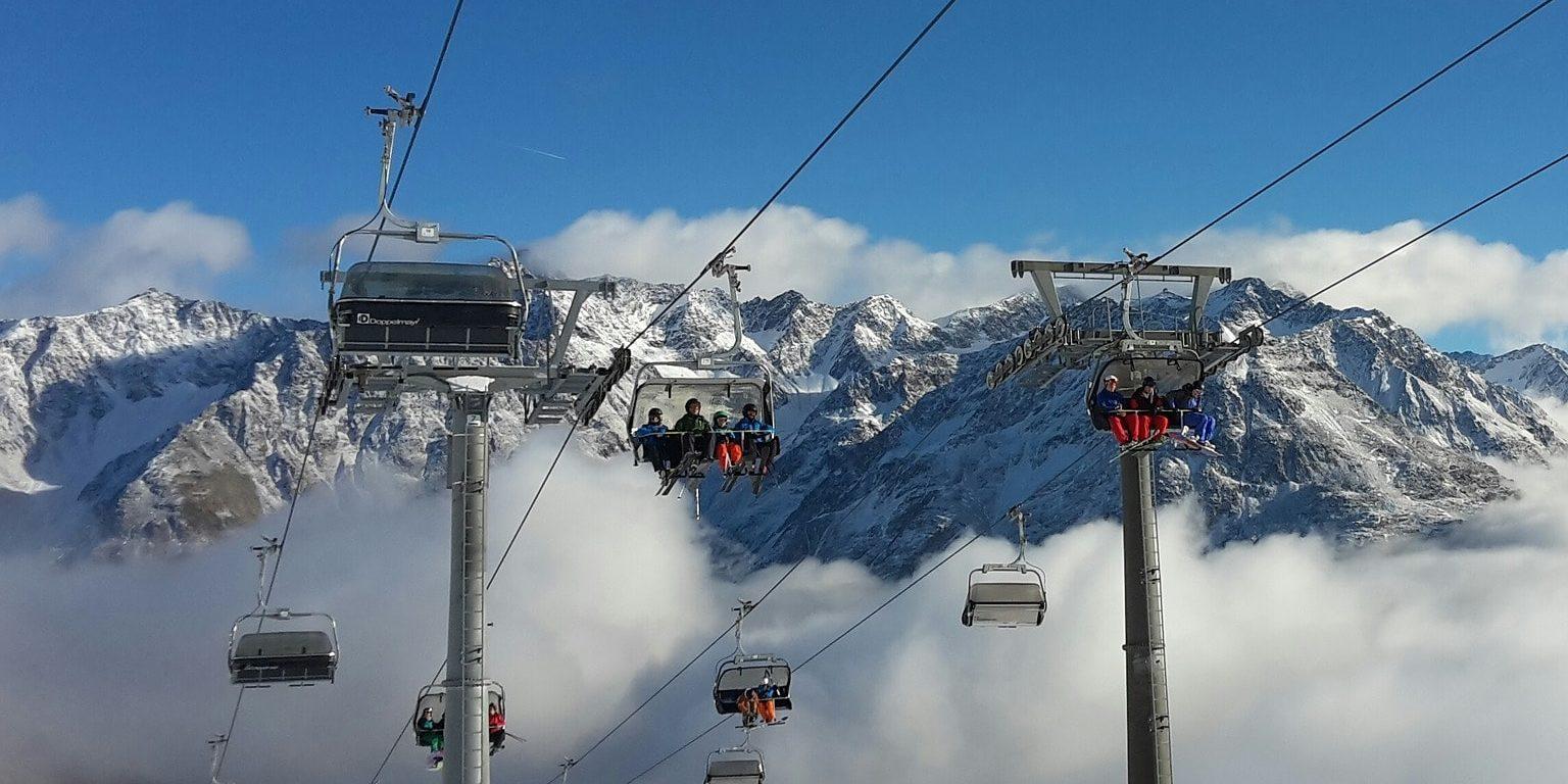 Skilift wintersport skivakantie luxe stoeltjeslift bergen sneeuw mensen