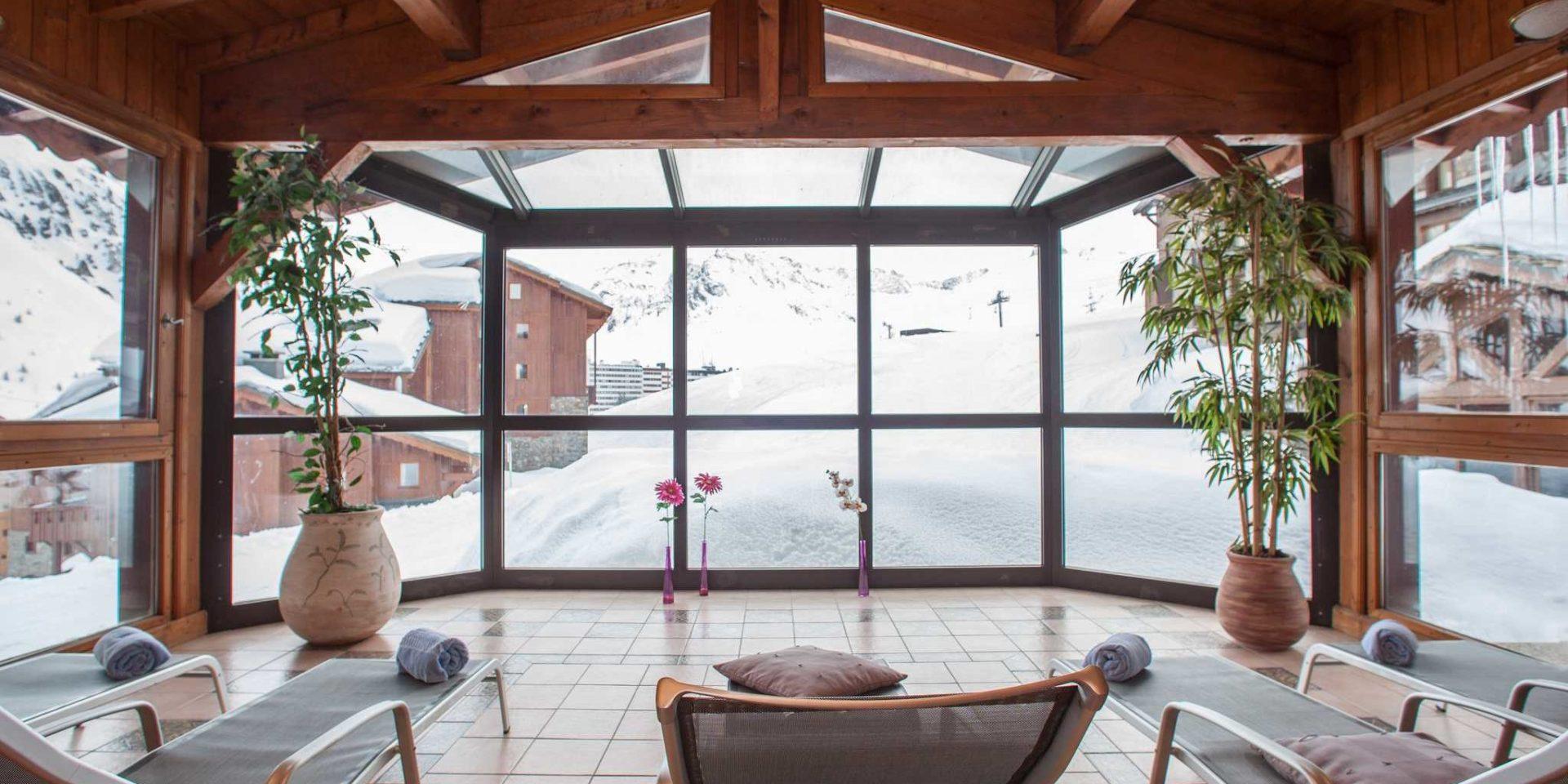 Hotel Village Montana Tignes Tignes-Val d'Isere Frankrijk wintersport skivakantie luxe Spa wellness ligstoelen planten uitzicht besneeuwde bergen sneeuw ontspannen relaxen genieten