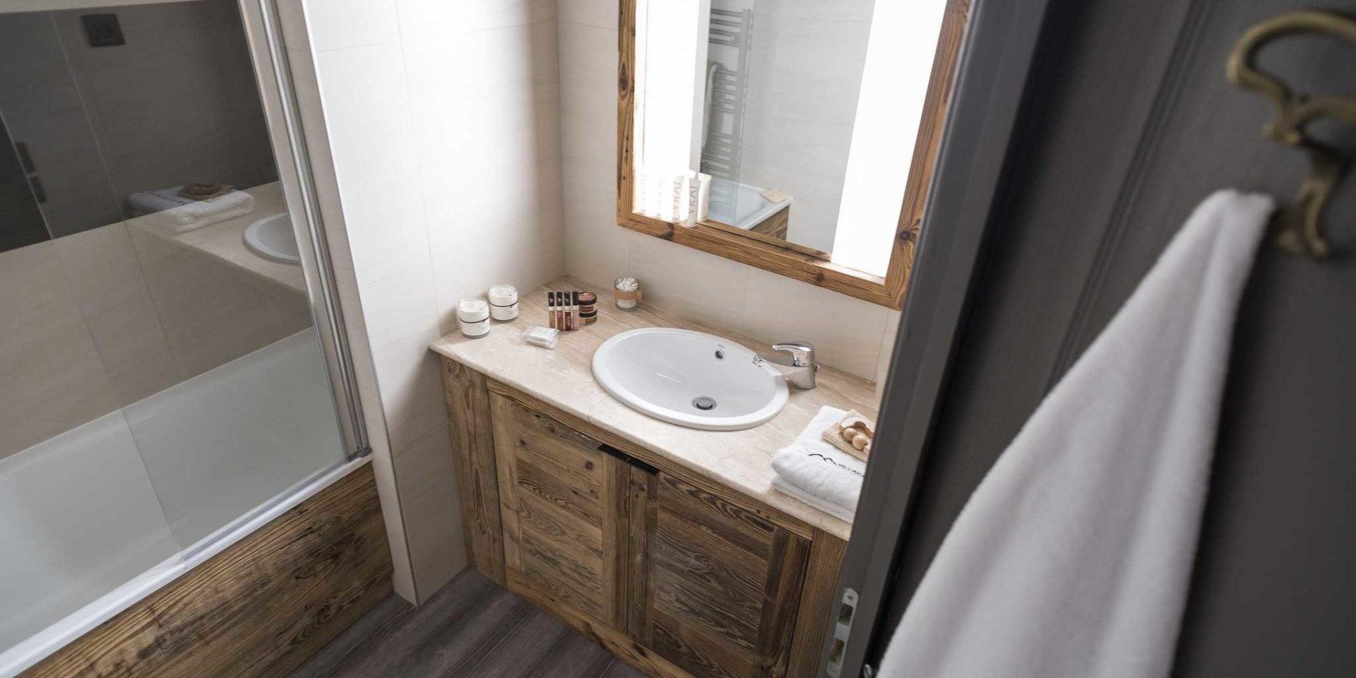 Hotel Village Montana Tignes Tignes-Val d'Isere Frankrijk wintersport skivakantie luxe badkamer bad wastafel spiegel handdoek badproducten