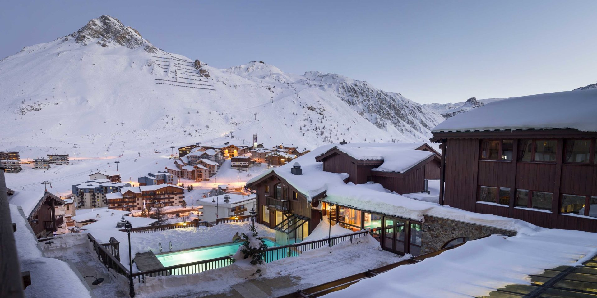 Hotel Village Montana Tignes Tignes-Val d'Isere Frankrijk wintersport skivakantie luxe buiten zwembad zwemmen ontspannen relaxen genieten uitzicht dorp Tignes besneeuwde bergen sneeuw