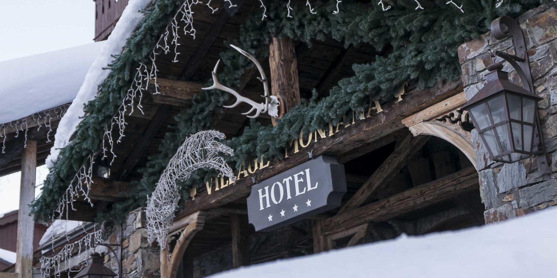 Hotel Village Montana Tignes Tignes-Val d'Isere Frankrijk wintersport skivakantie luxe entree Hotel 4 sterren Village Montana gewei dennentakken sneeuw