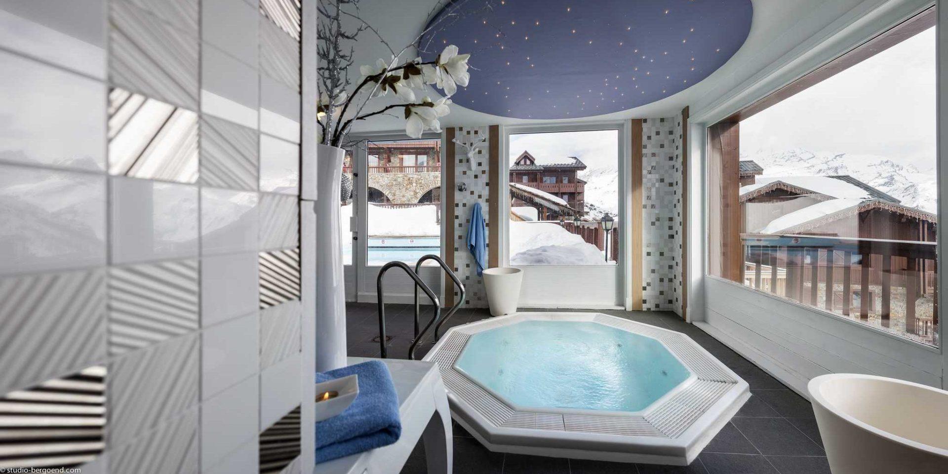 Hotel Village Montana Tignes Tignes-Val d'Isere Frankrijk wintersport skivakantie luxe Spa jacuzzi blauwe handdoek grote ramen uitzicht dorp sneeuw ontspannen relaxen genieten