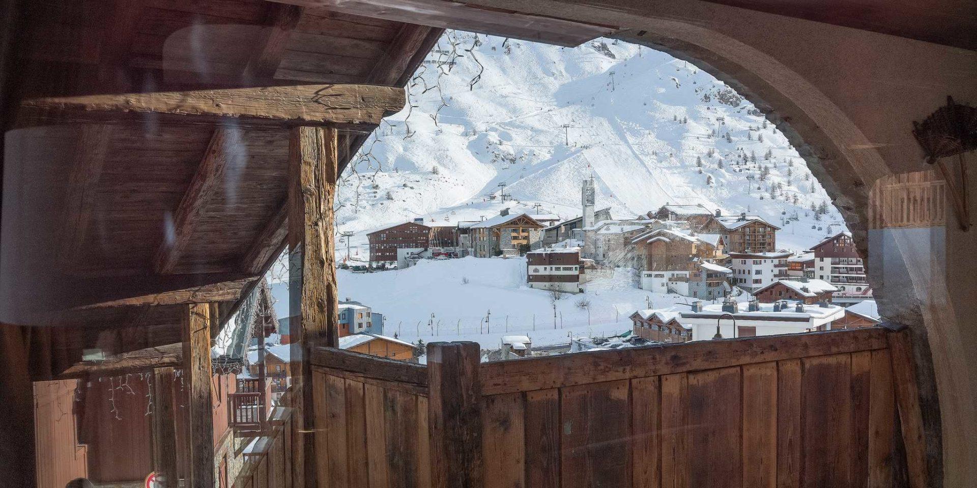 Hotel Village Montana Tignes Tignes-Val d'Isere Frankrijk wintersport skivakantie luxe uitzicht doorkijk dorp Tignes besneeuwde bergen sneeuw