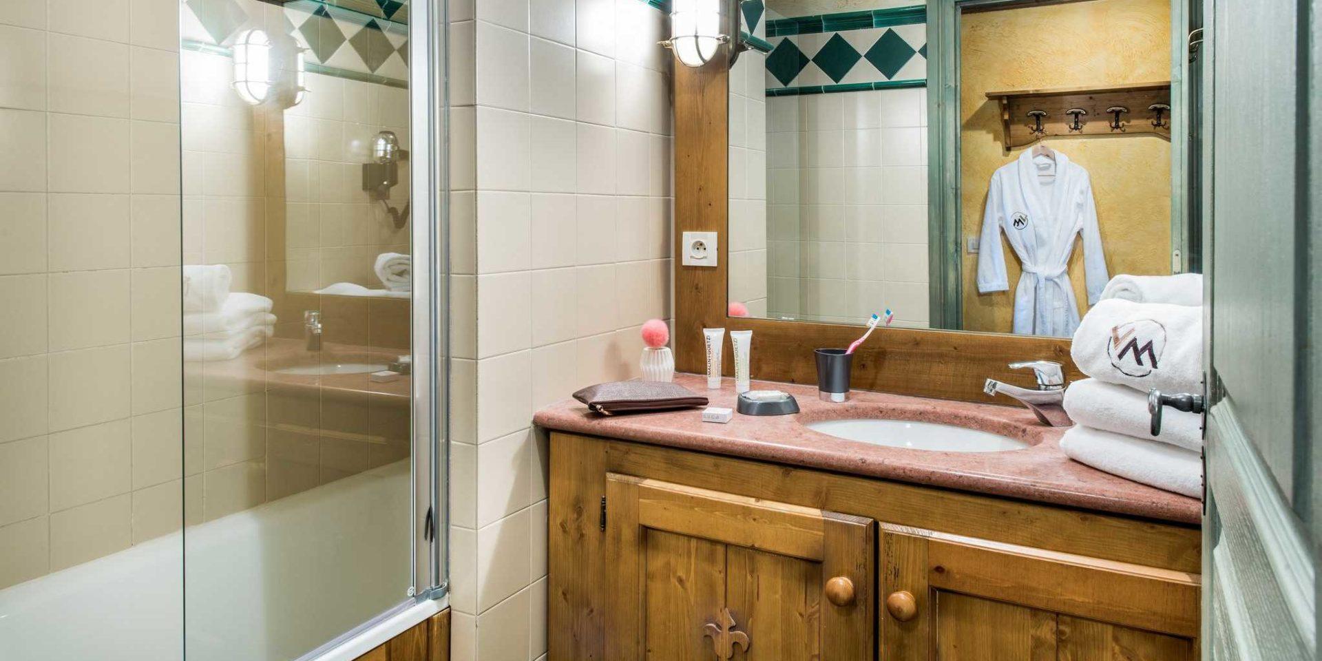 Residences Village Montana Tignes Tignes-Val d'Isere Frankrijk wintersport skivakantie luxe badkamer bad spiegel wastafel badjas handdoeken hout