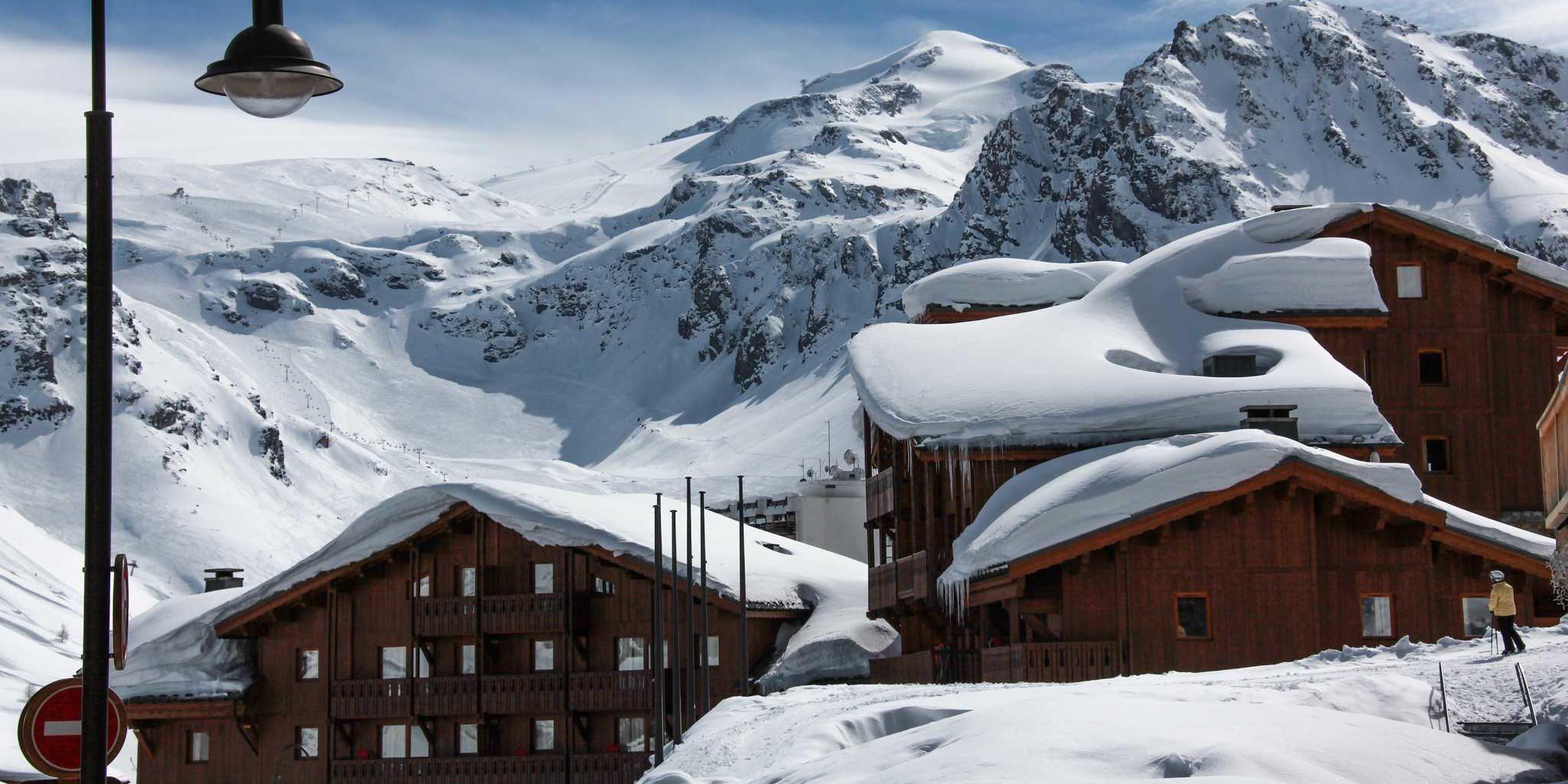 Residences Village Montana Tignes Tignes-Val d'Isere Frankrijk wintersport skivakantie luxe ligging residence Village Montana Tignes lantarenpaal besneeuwde bergen sneeuw