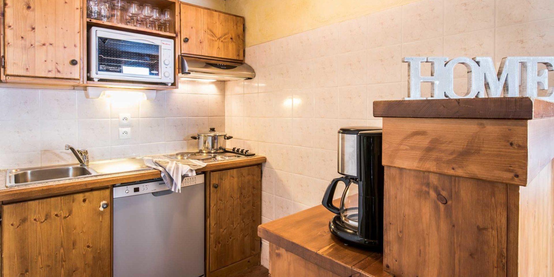Residences Village Montana Tignes Tignes-Val d'Isere Frankrijk wintersport skivakantie luxe keuken 3K6 houten kastjes gootsteen kookplaat pan HOME