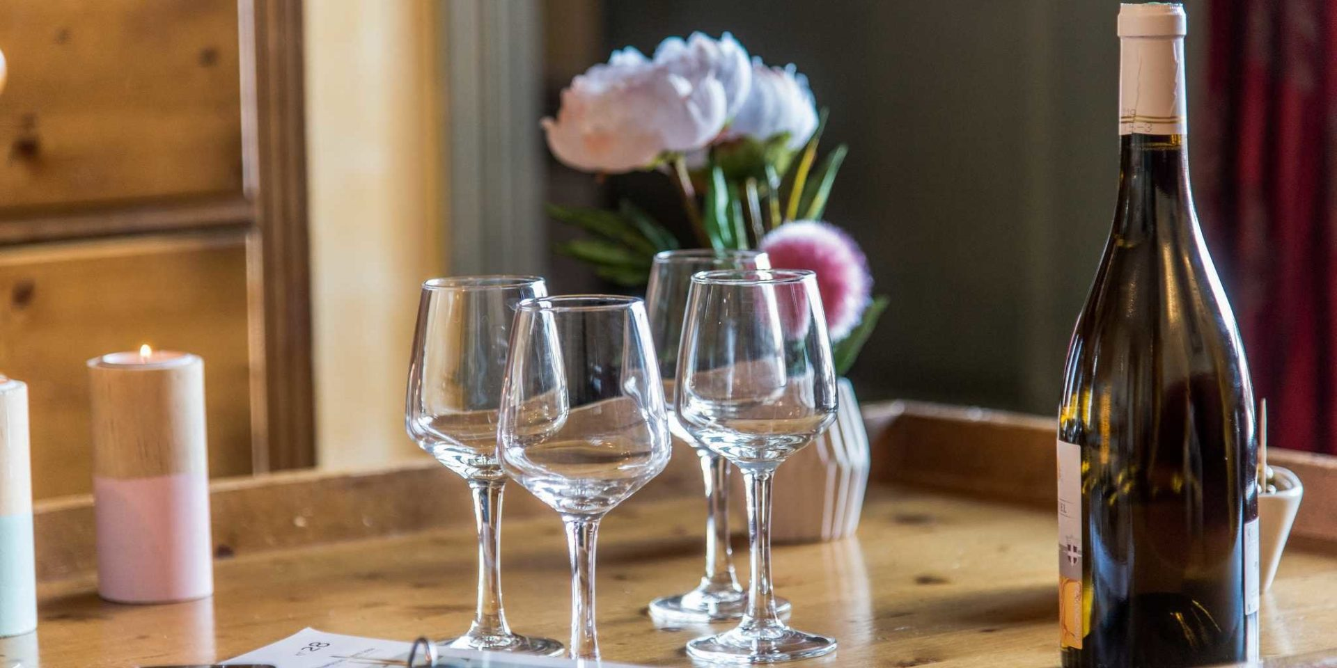 Residences Village Montana Tignes Tignes-Val d'Isere Frankrijk wintersport skivakantie luxe wijn wijnglazen bloemen kaarsen dienblad genieten