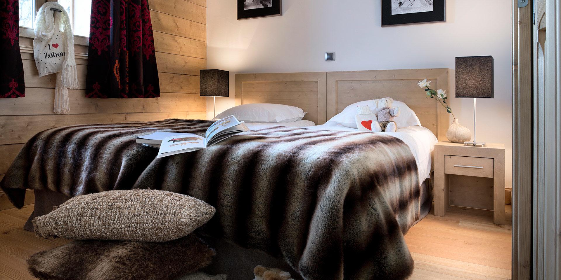 CGH L'Oree des Neiges Vallandry Paradiski Frankrijk wintersport skivakantie luxe slaapkamer 2-persoonsbed bedsprei kussens beertje bloem gordijnen