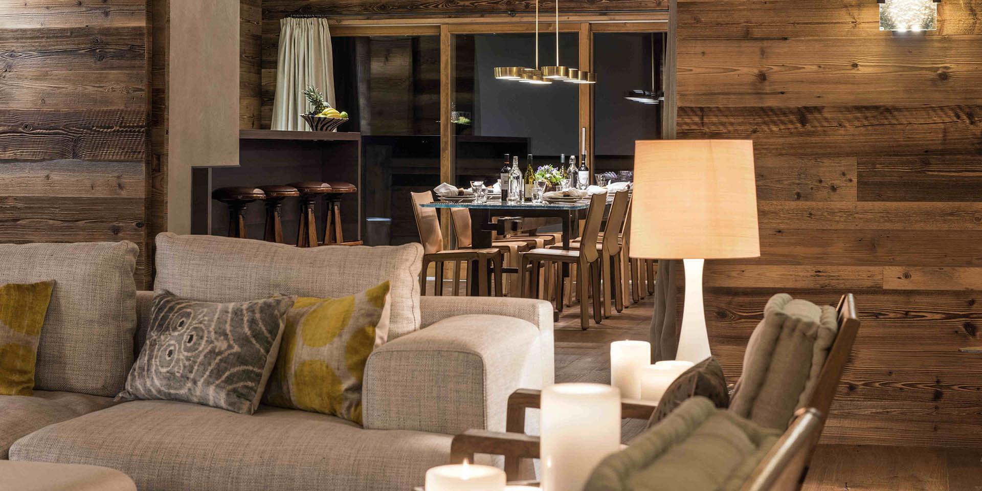 Appartement Place Blanche 1 Verbier Les 4 Vallees Zwitserland wintersport skivakantie luxe living bank kussens lamp eetkamer hanglamp raam verlichting hout