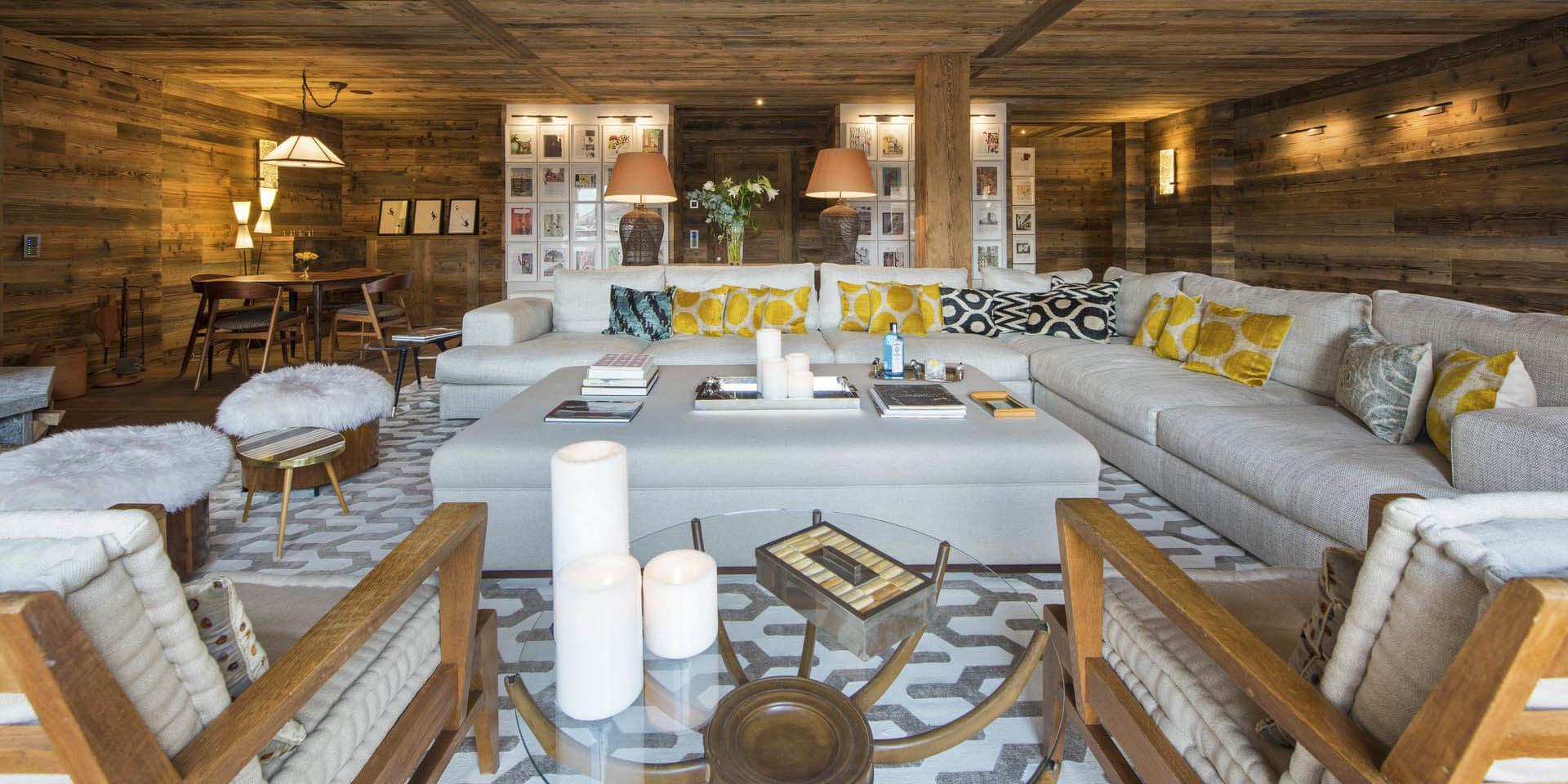 Appartement Place Blanche 1 Verbier Les 4 Vallees Zwitserland wintersport skivakantie luxe living grote loungebank kussens kaarsen hocker fauteuils vloerkleed