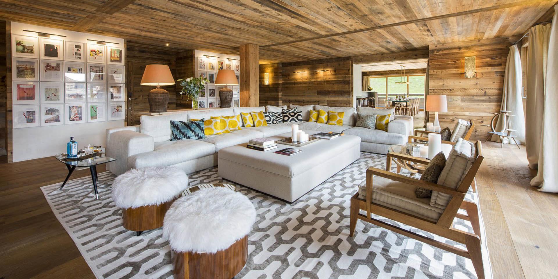Appartement Place Blanche 1 Verbier Les 4 Vallees Zwitserland wintersport skivakantie luxe living hockers fauteuils loungebank vloerkleed kast lampen hout