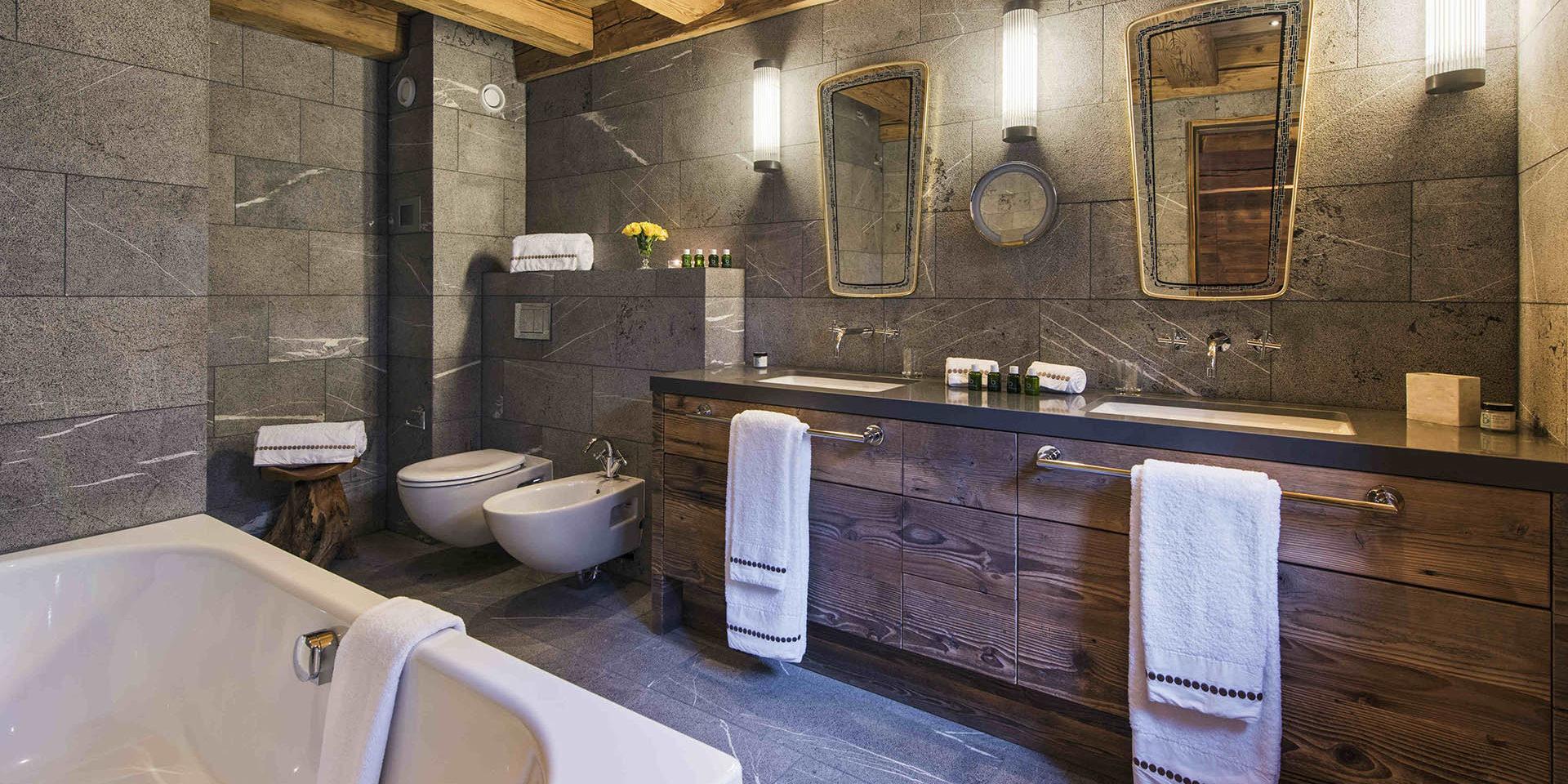 Appartement Place Blanche 2 Verbier Les 4 Vallees Zwitserland wintersport skivakantie luxe badkamer bad dubbele wasbak spiegels handdoeken toilet