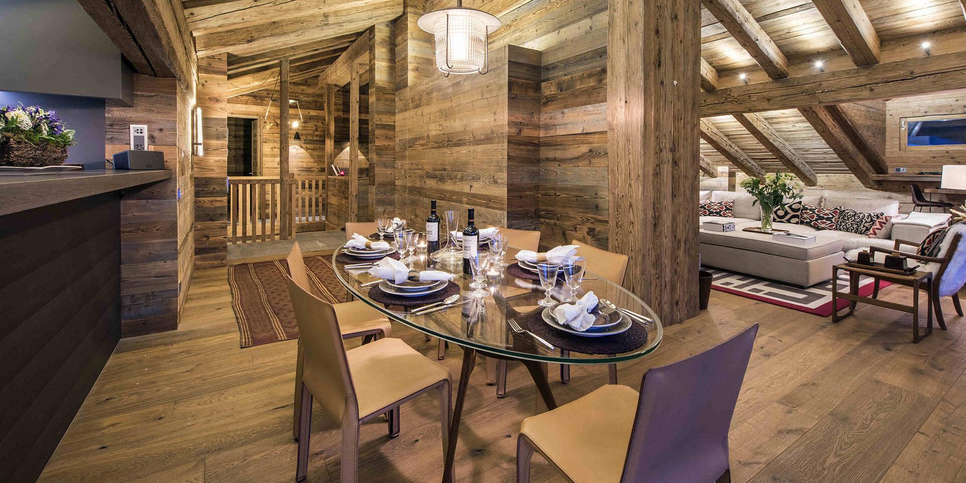Appartement Place Blanche 2 Verbier Les 4 Vallees Zwitserland wintersport skivakantie luxe eetkamer gedekte tafel hanglamp wijn glazen plant hout