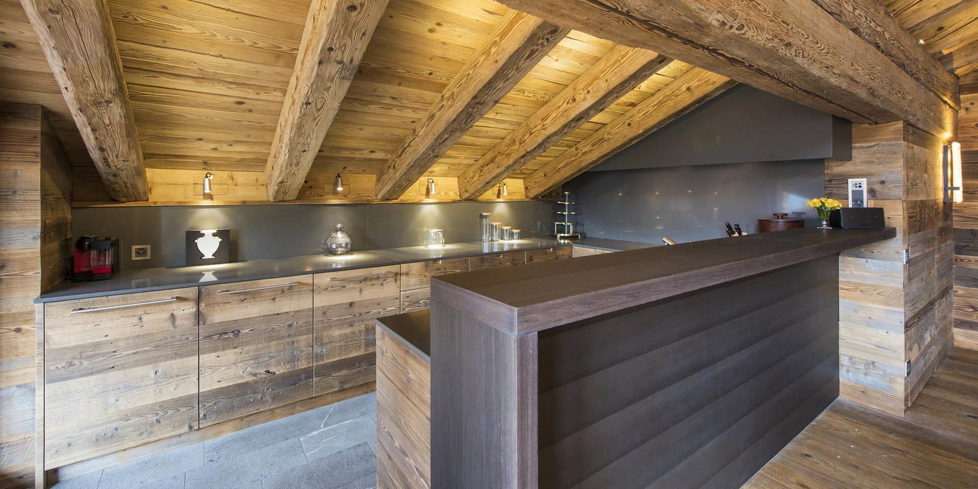 Appartement Place Blanche 2 Verbier Les 4 Vallees Zwitserland wintersport skivakantie luxe keuken bar verlichting houten balken