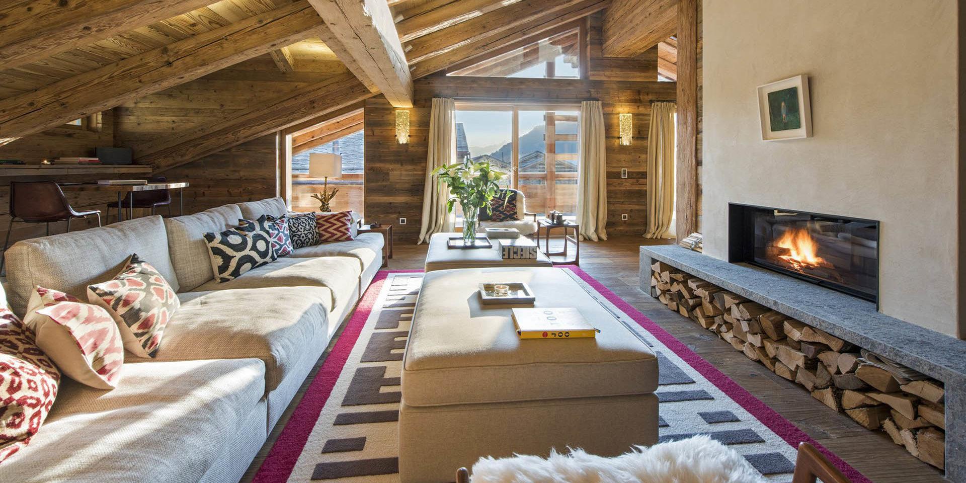 Appartement Place Blanche 2 Verbier Les 4 Vallees Zwitserland wintersport skivakantie luxe living bank hockers open haard vloerkleed raam houten balken
